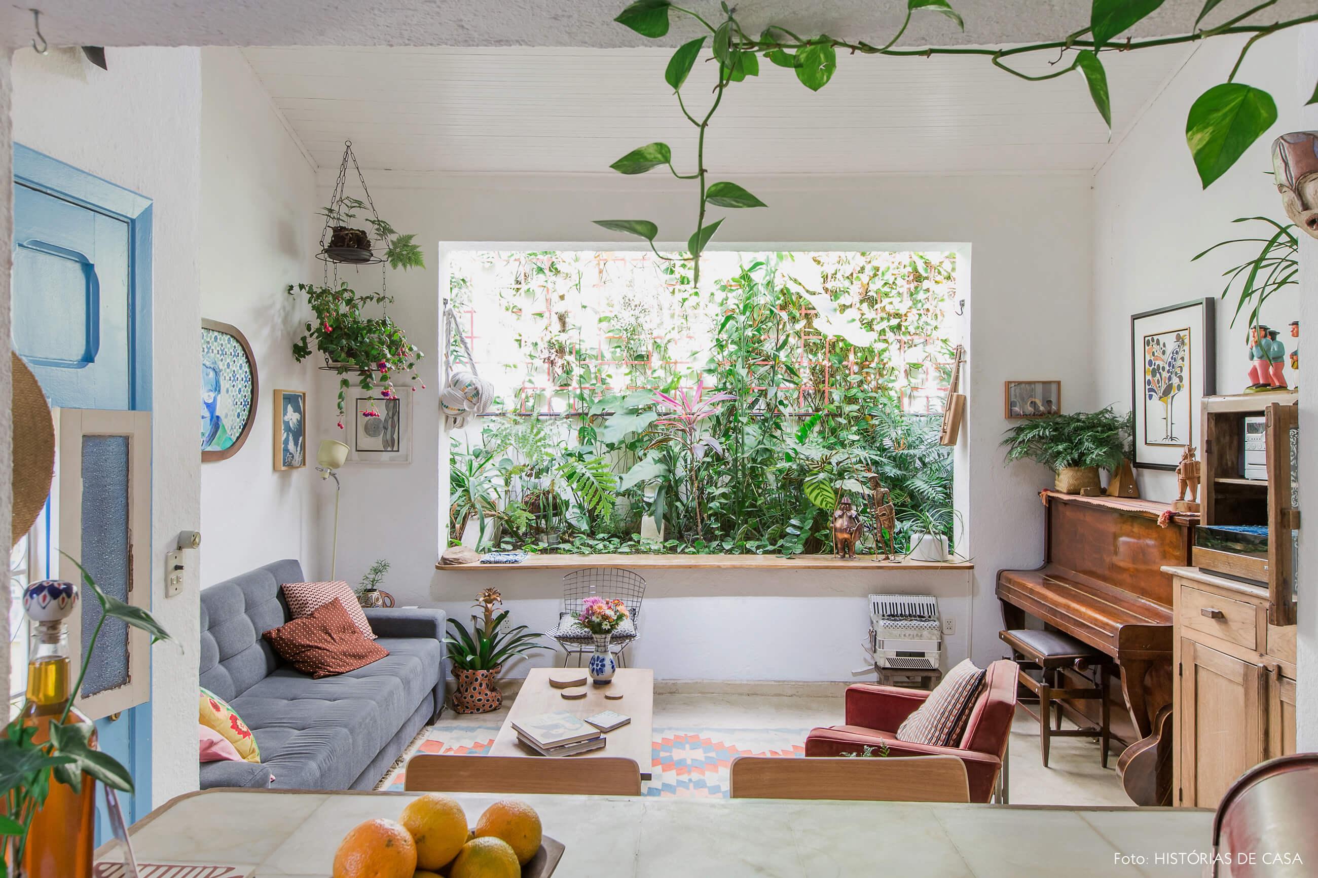 Sala com jardim interno e decoração colorida