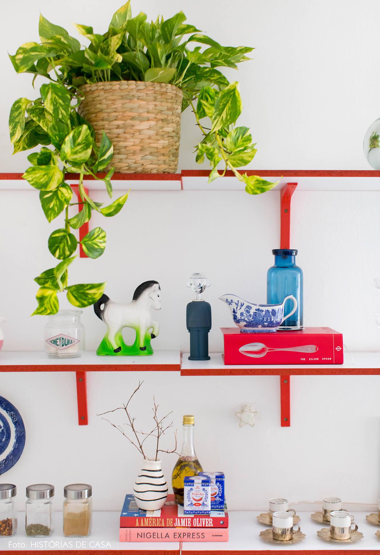 Cozinha com prateleiras coloridas e abertas