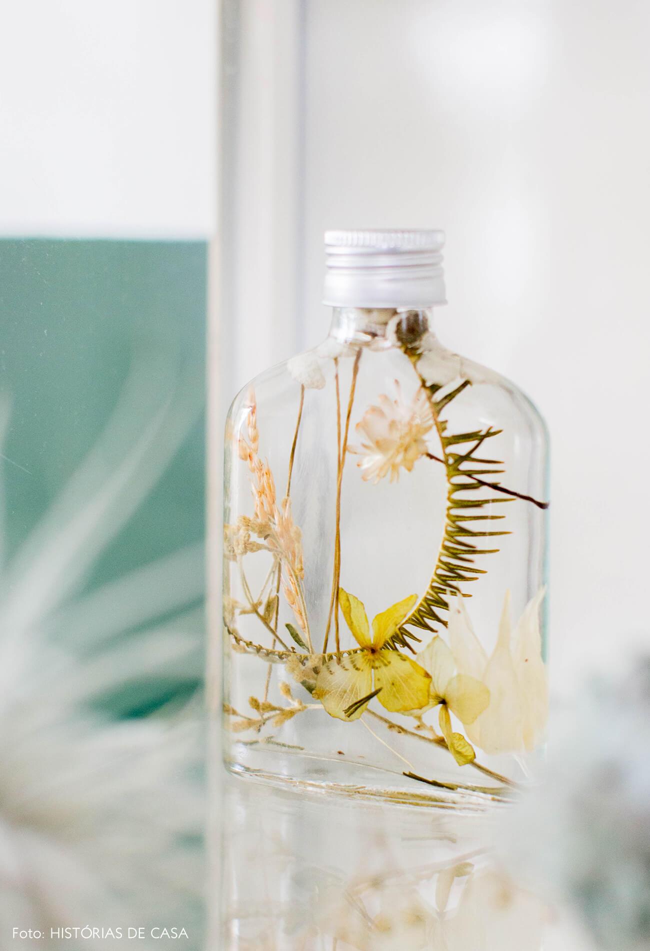 Arranjo do FLO com garrafas de vidro