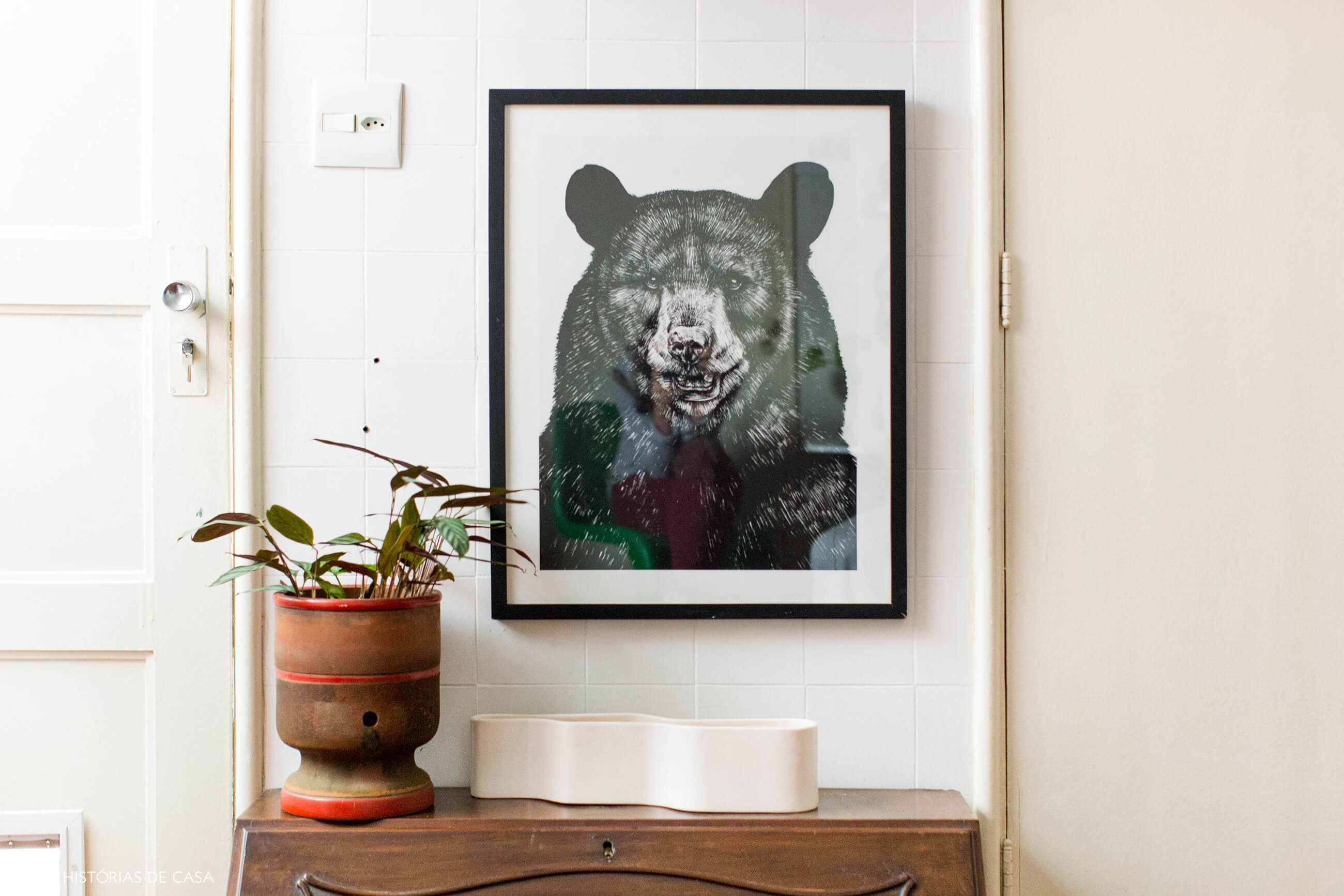 Cozinha com quadro de urso e filtro de barro
