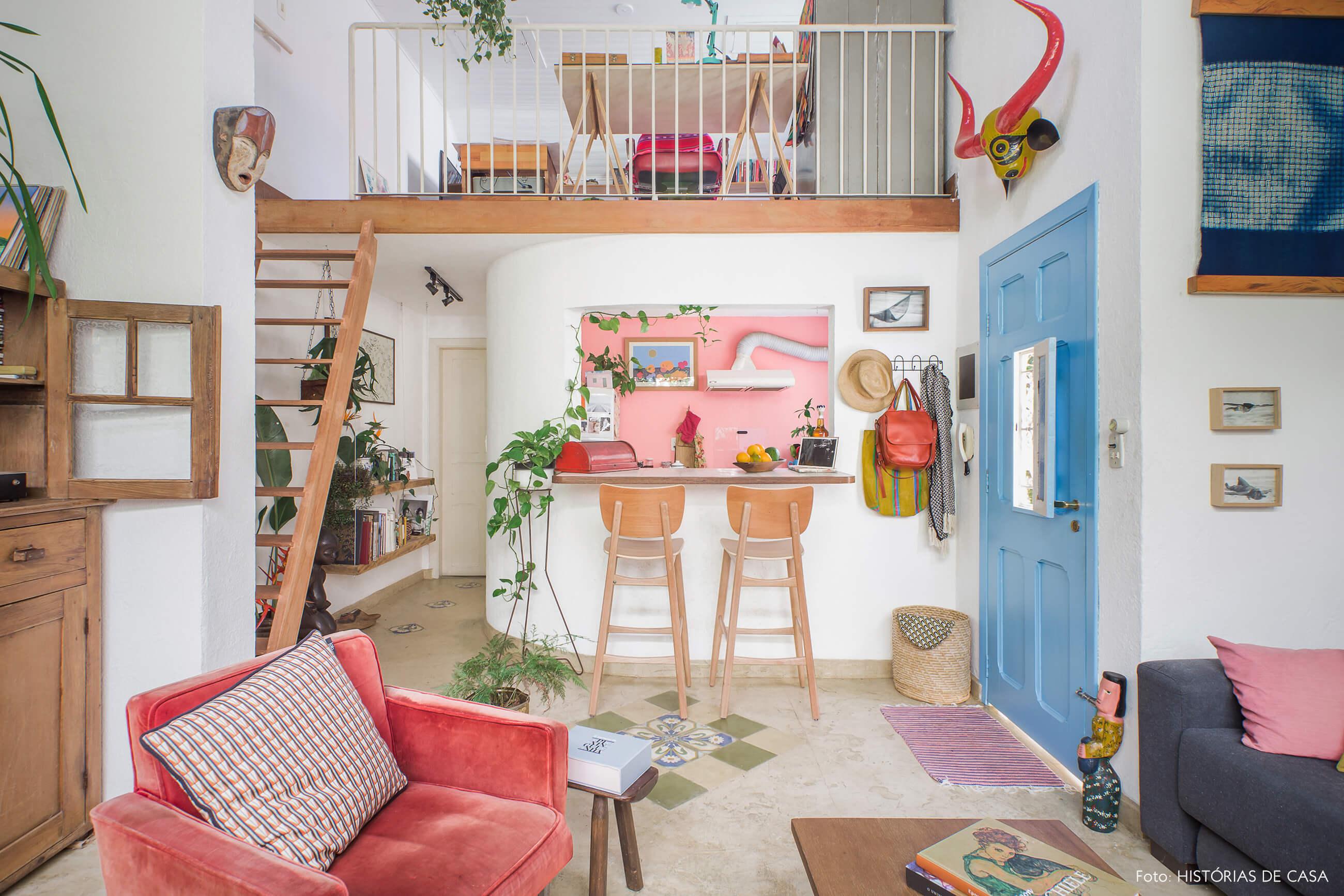 Casa com mezanino e detalhes bem coloridos