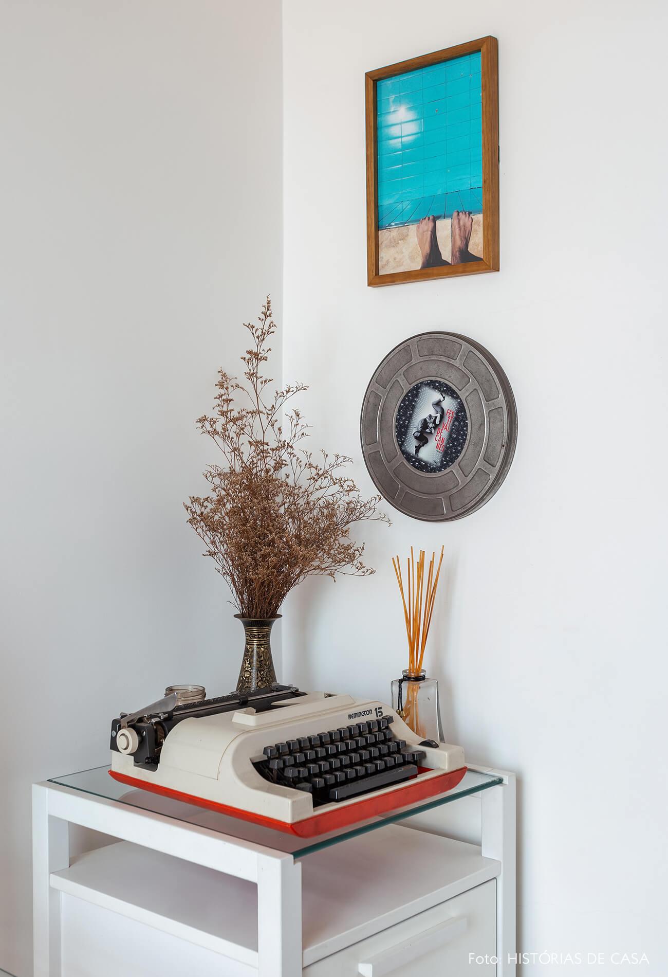 Detalhes no home office e máquina de escrever antiga