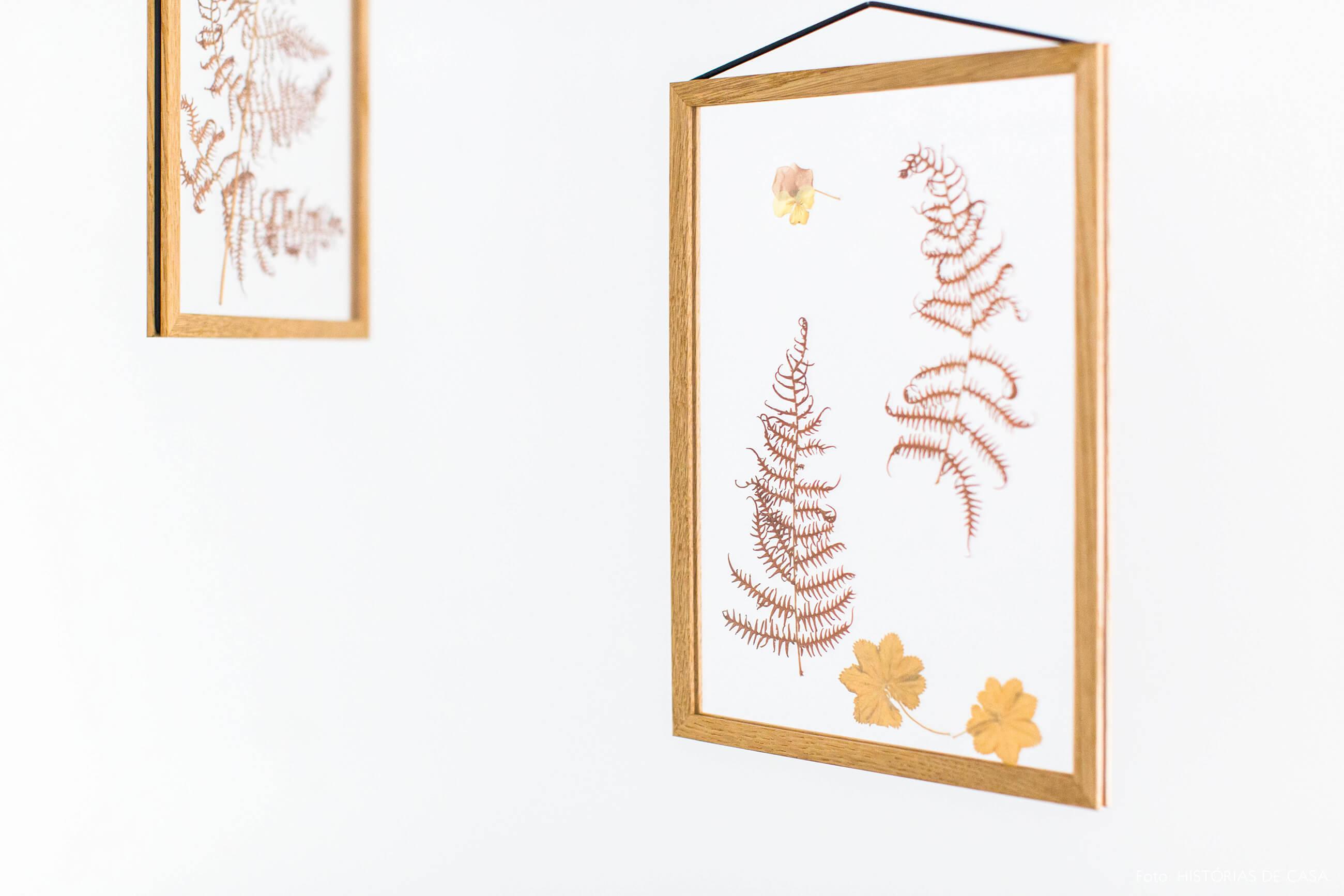 Quadros com flores secas e molduras suspensas