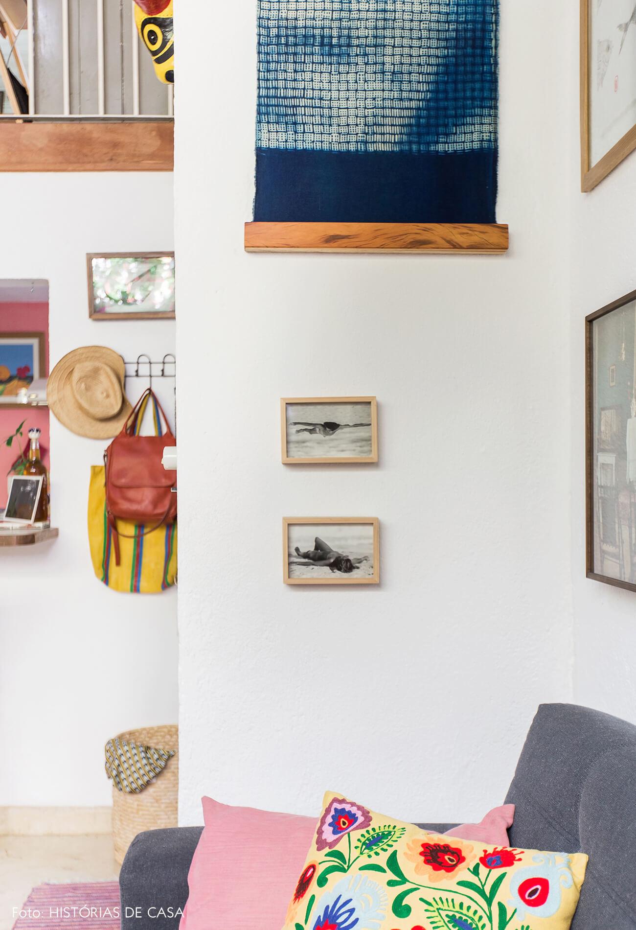 Sala com parede de quadros e cores alegres