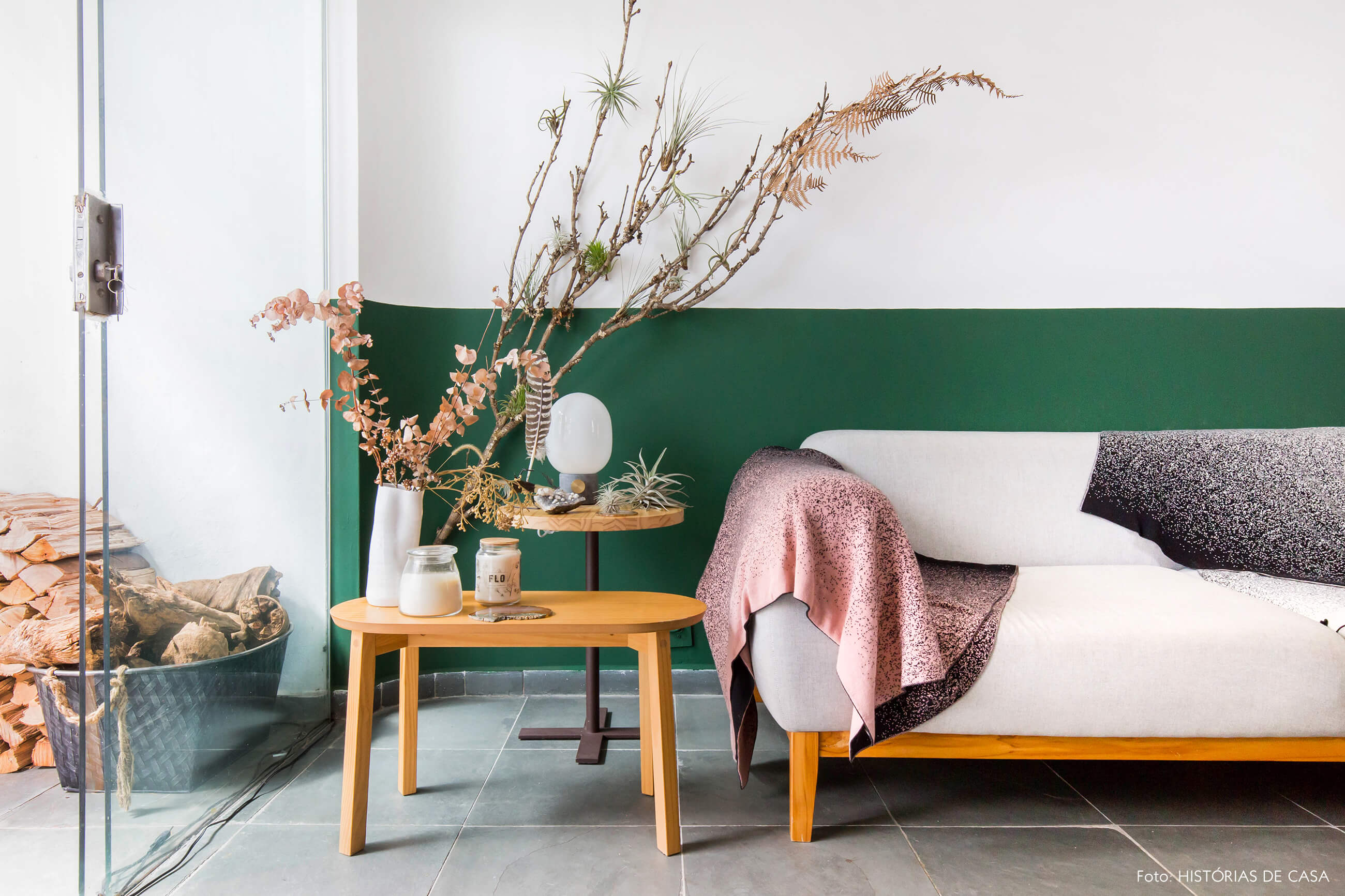 Sala com plantas e meia parede pintada de verde
