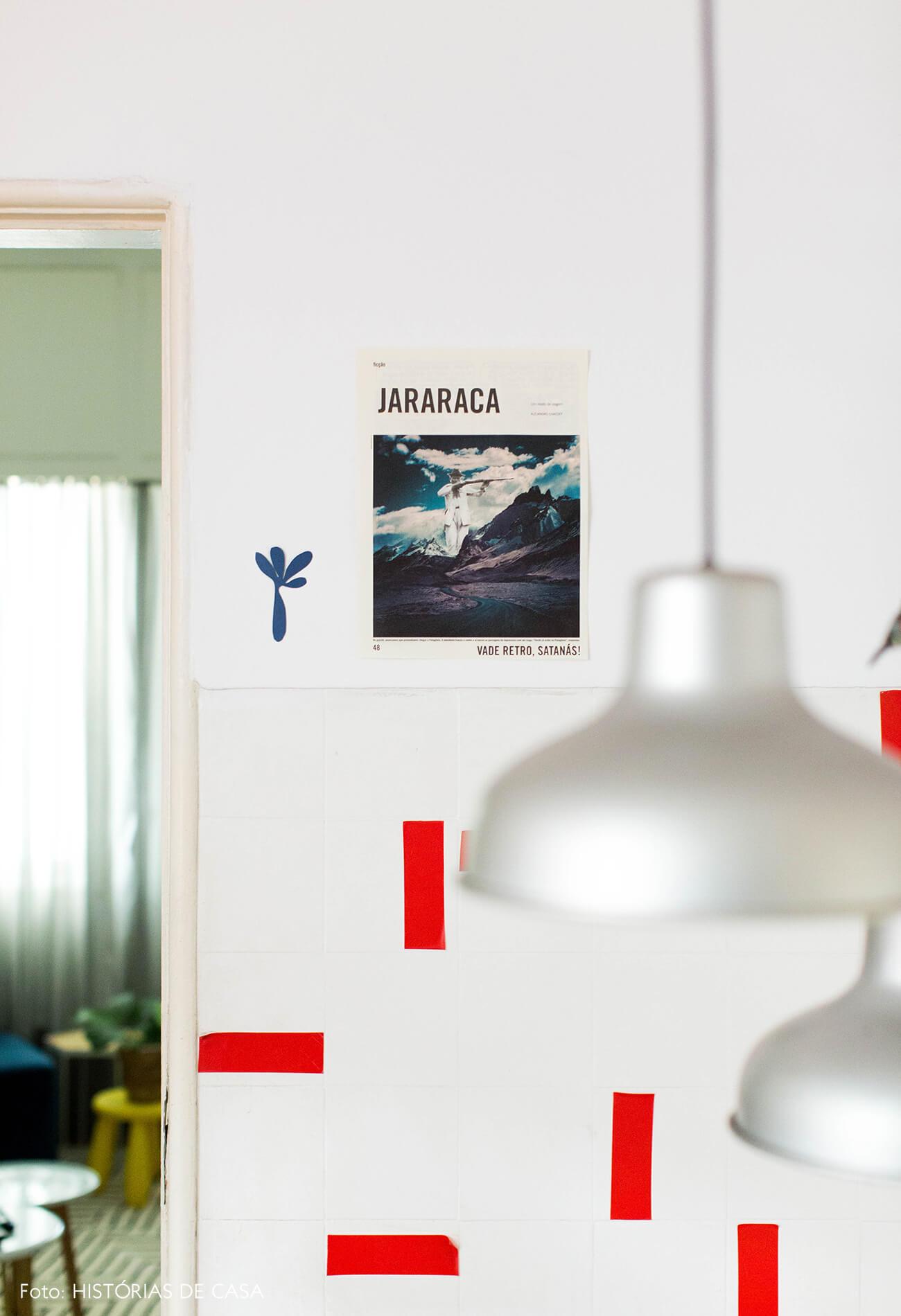 Cozinha com azulejos com adesivos vermelhos
