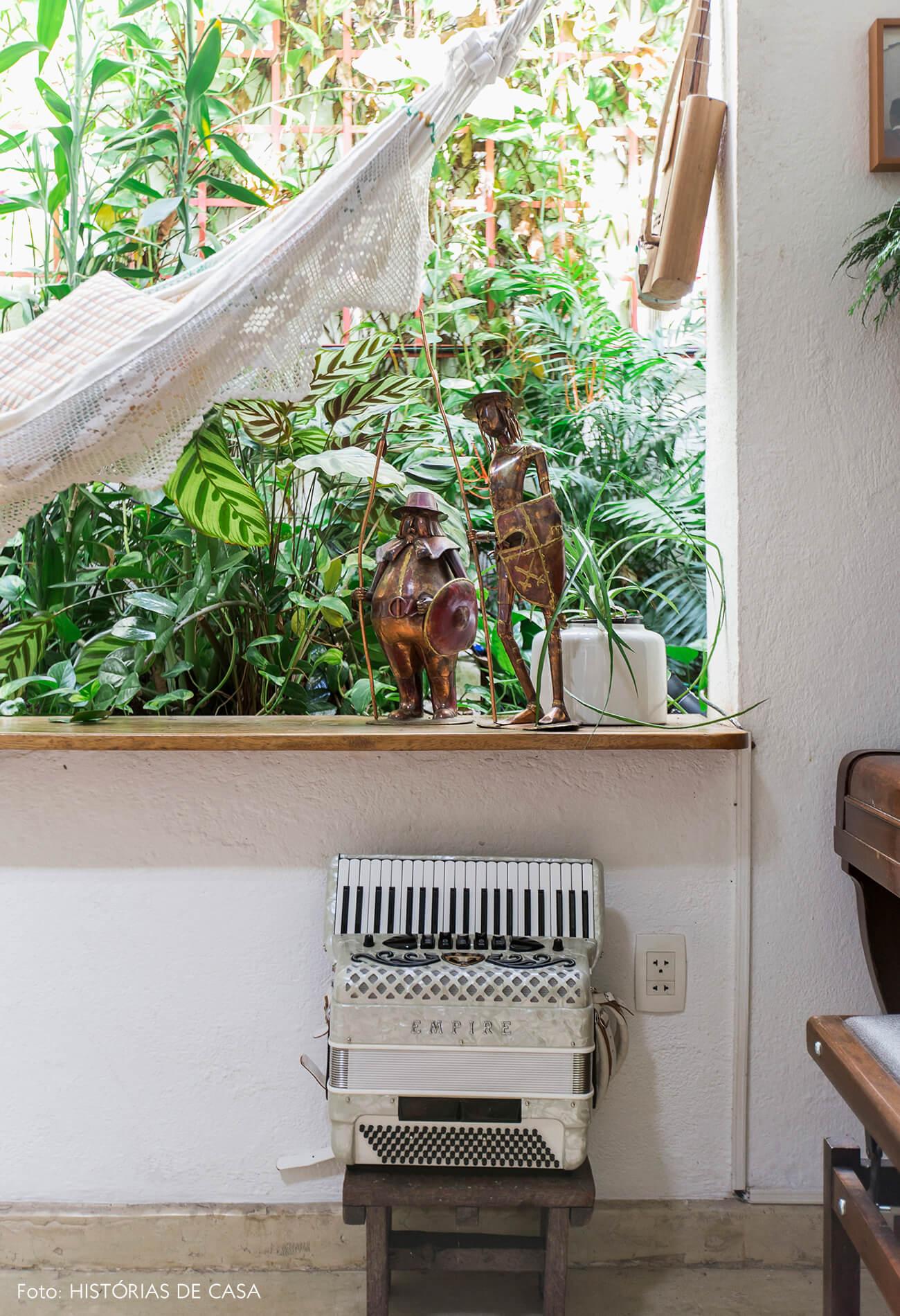 Sala com janela que dá para o jardim