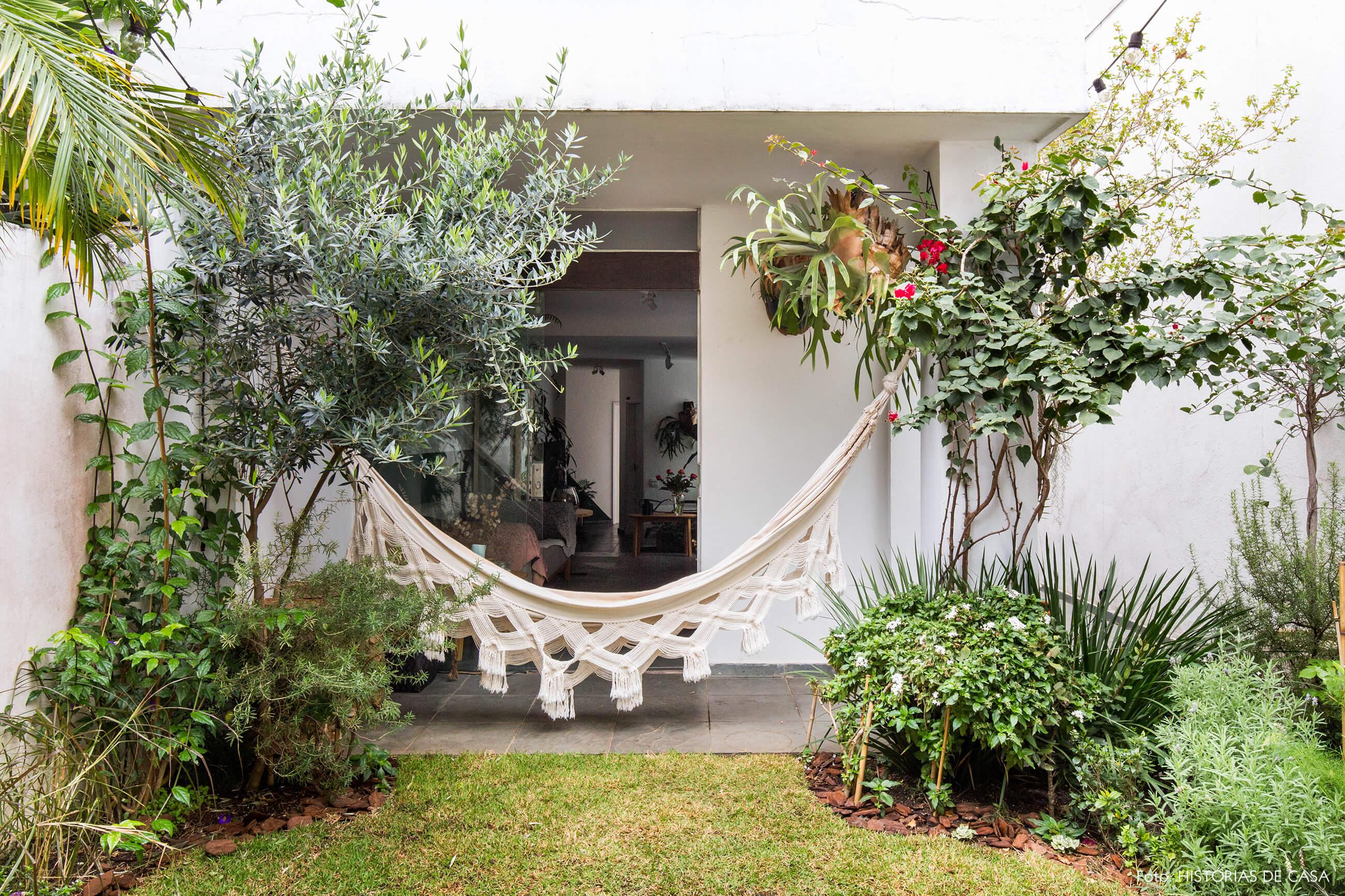 Casa com jardim dos fundos e rede de balanço