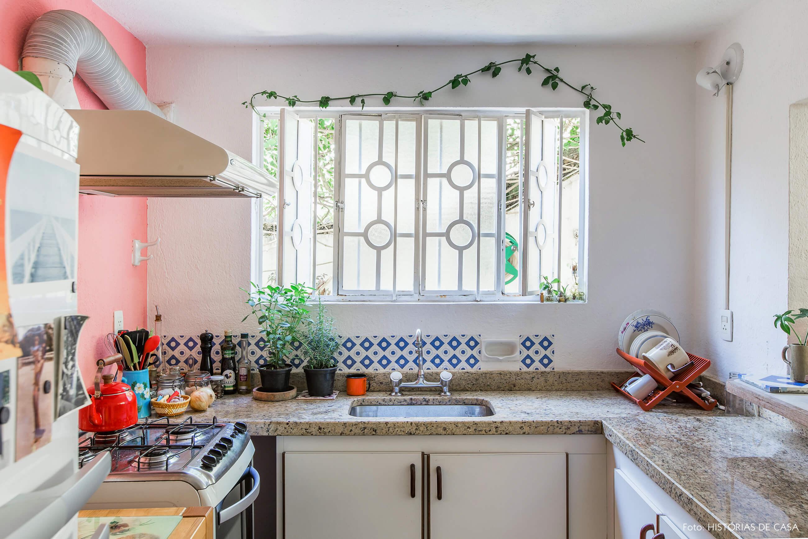 Cozinha antiga com janela de ferro e plantas