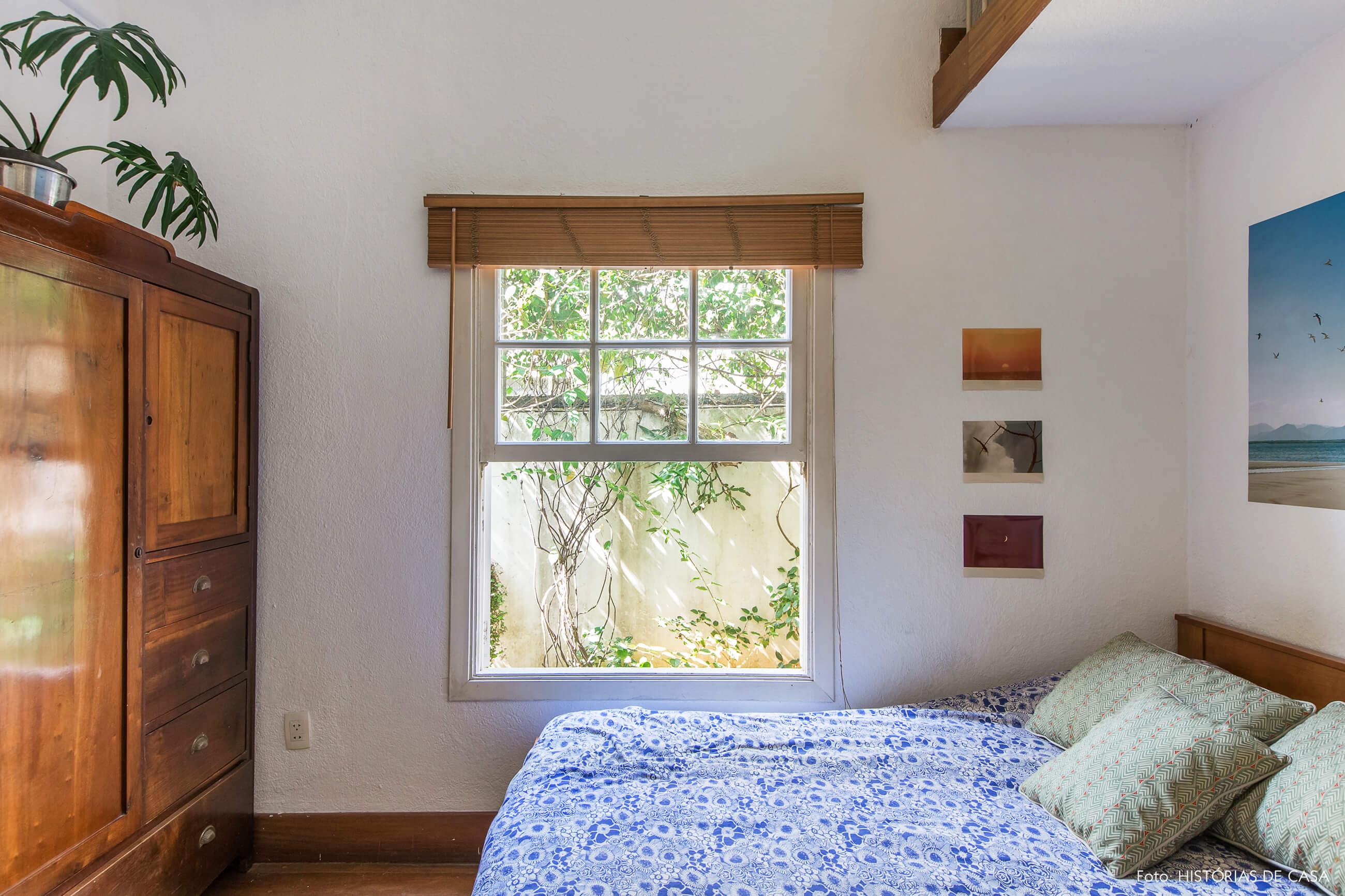 Quarto com janela para o jardim e armário antigo