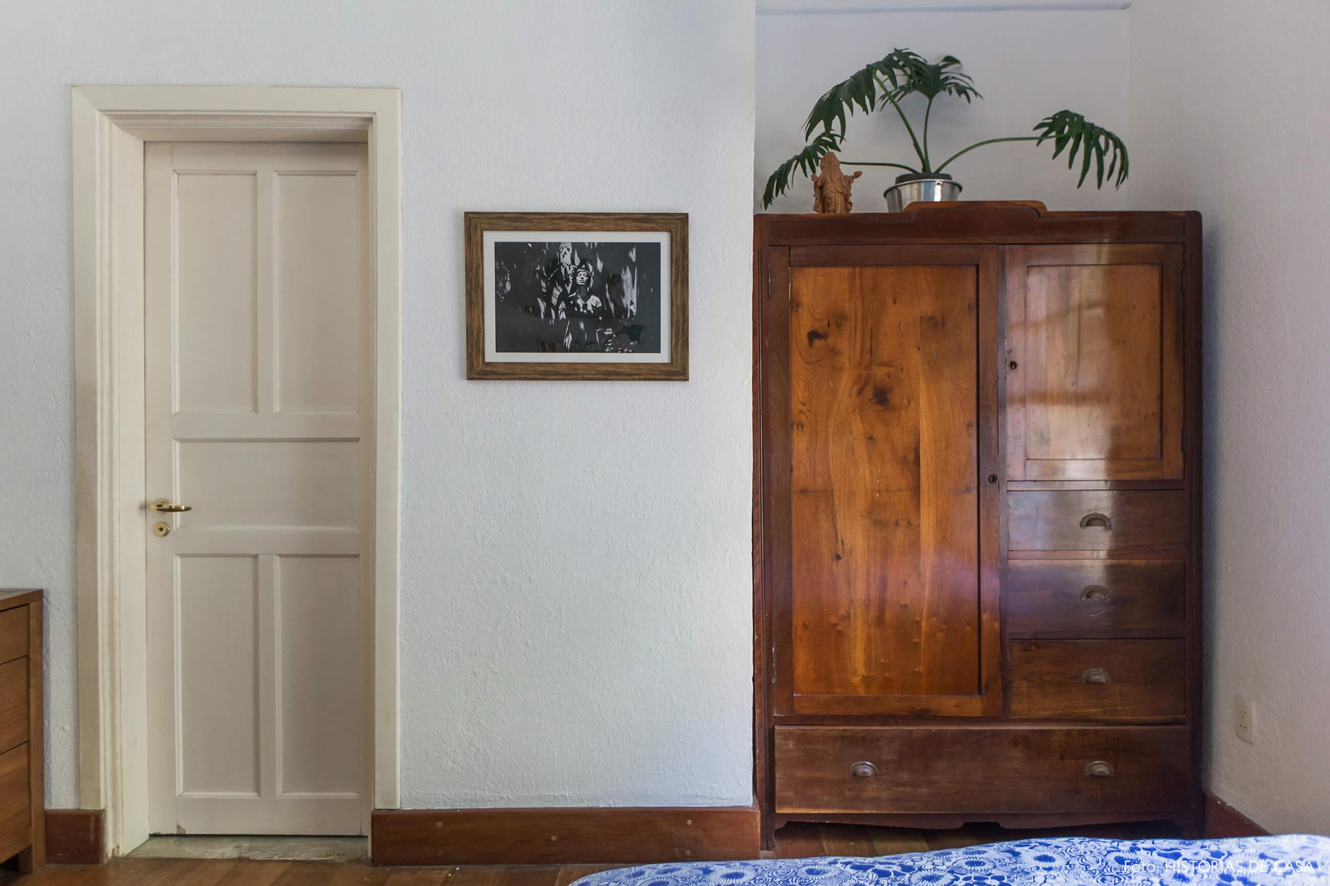 Quarto com armário antigo de madeira