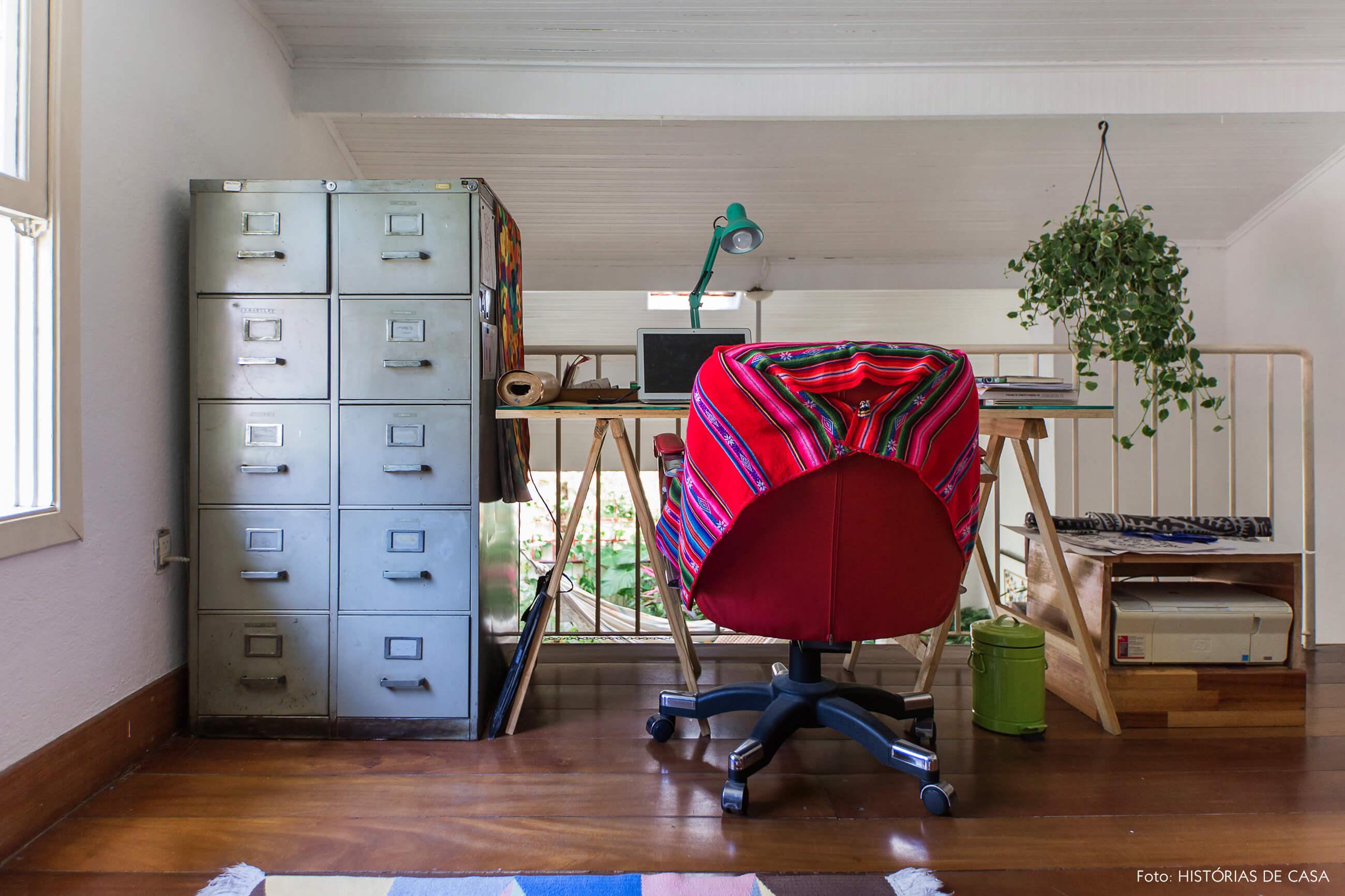 Mezanino com home office e gaveteiro metálico