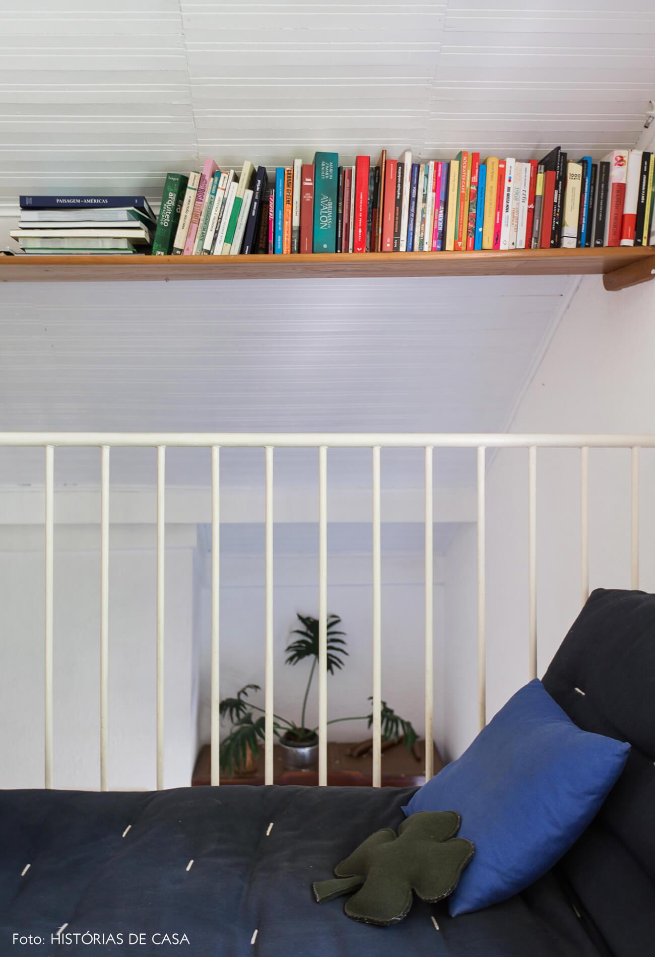 Mezanino com home office e prateleira para livros