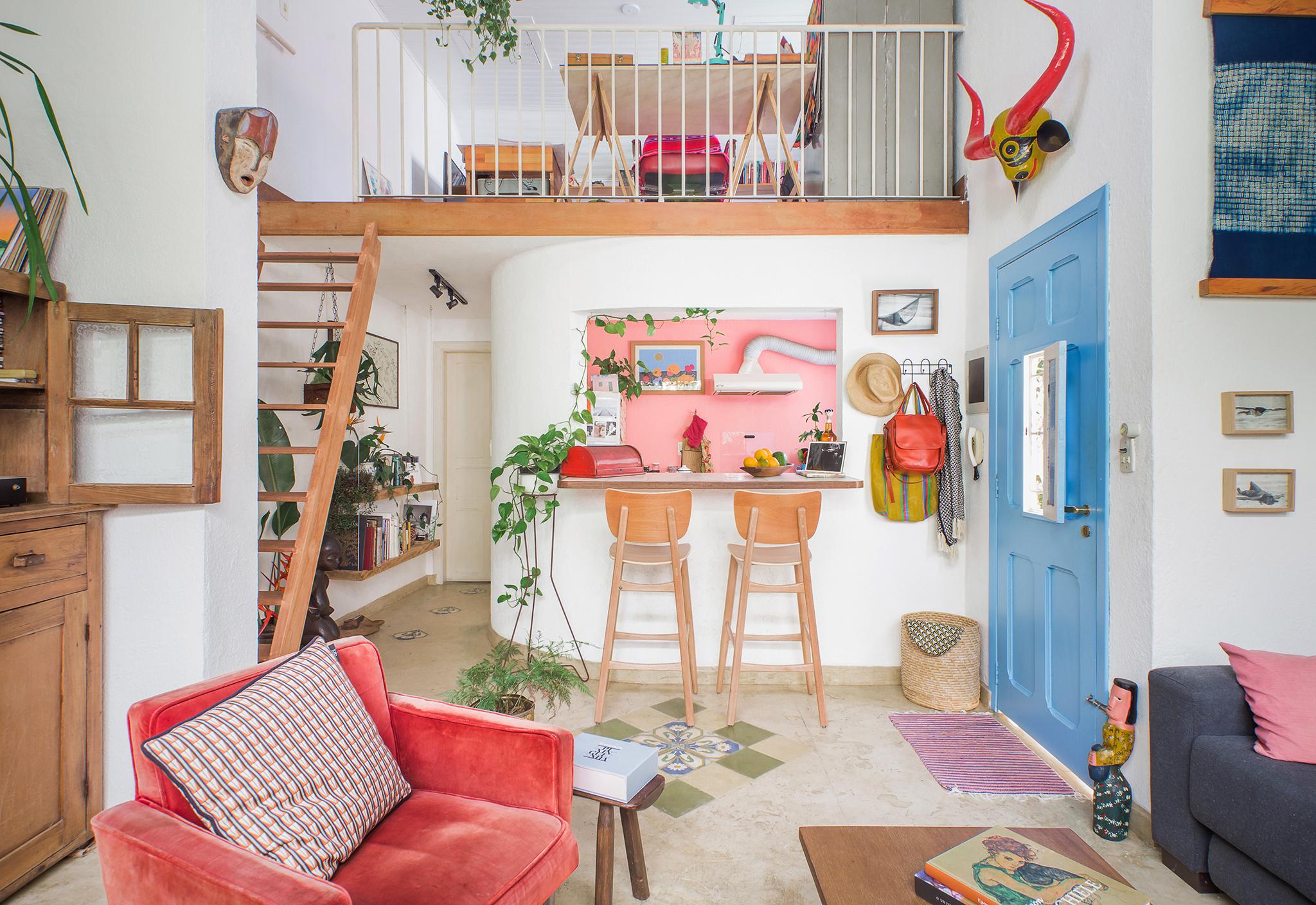Casa colorida com mezanino e cozinha americana