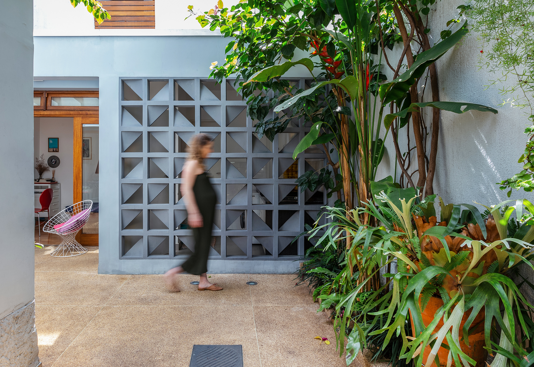 Casa de vila com jardim e parede de cobogós