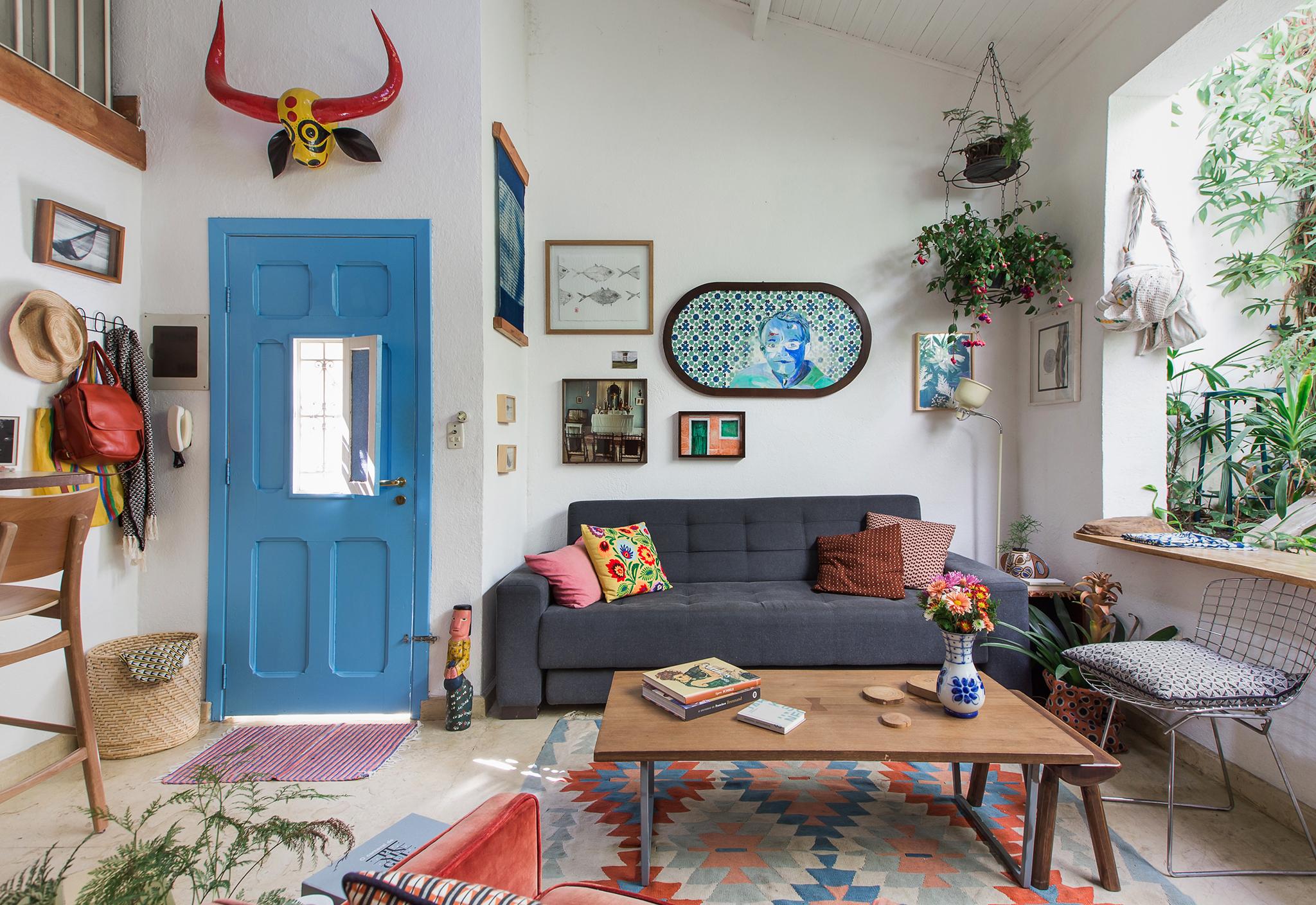 Casa com clima de interior e decoração colorida