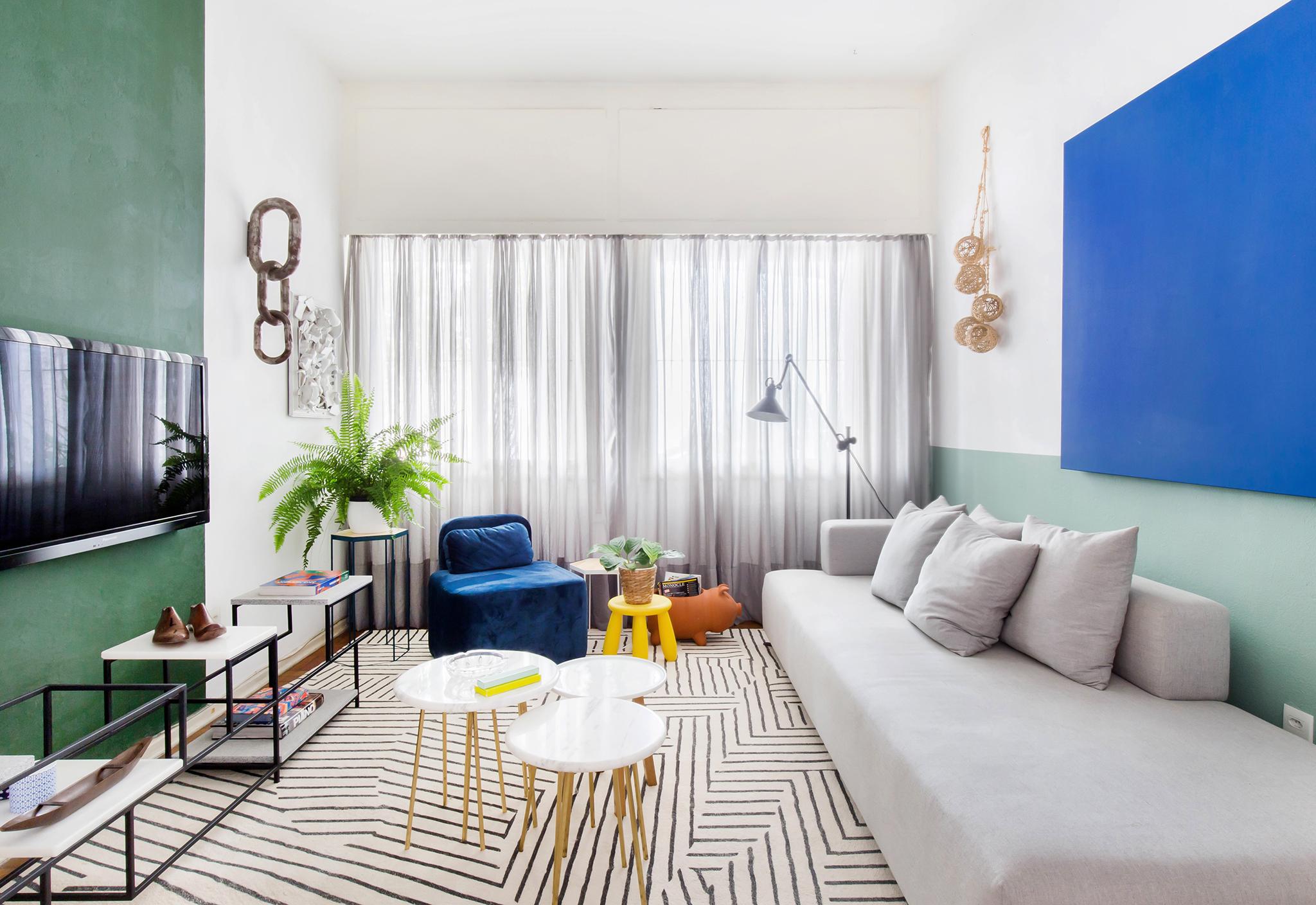 Apartamento antigo com sala colorida