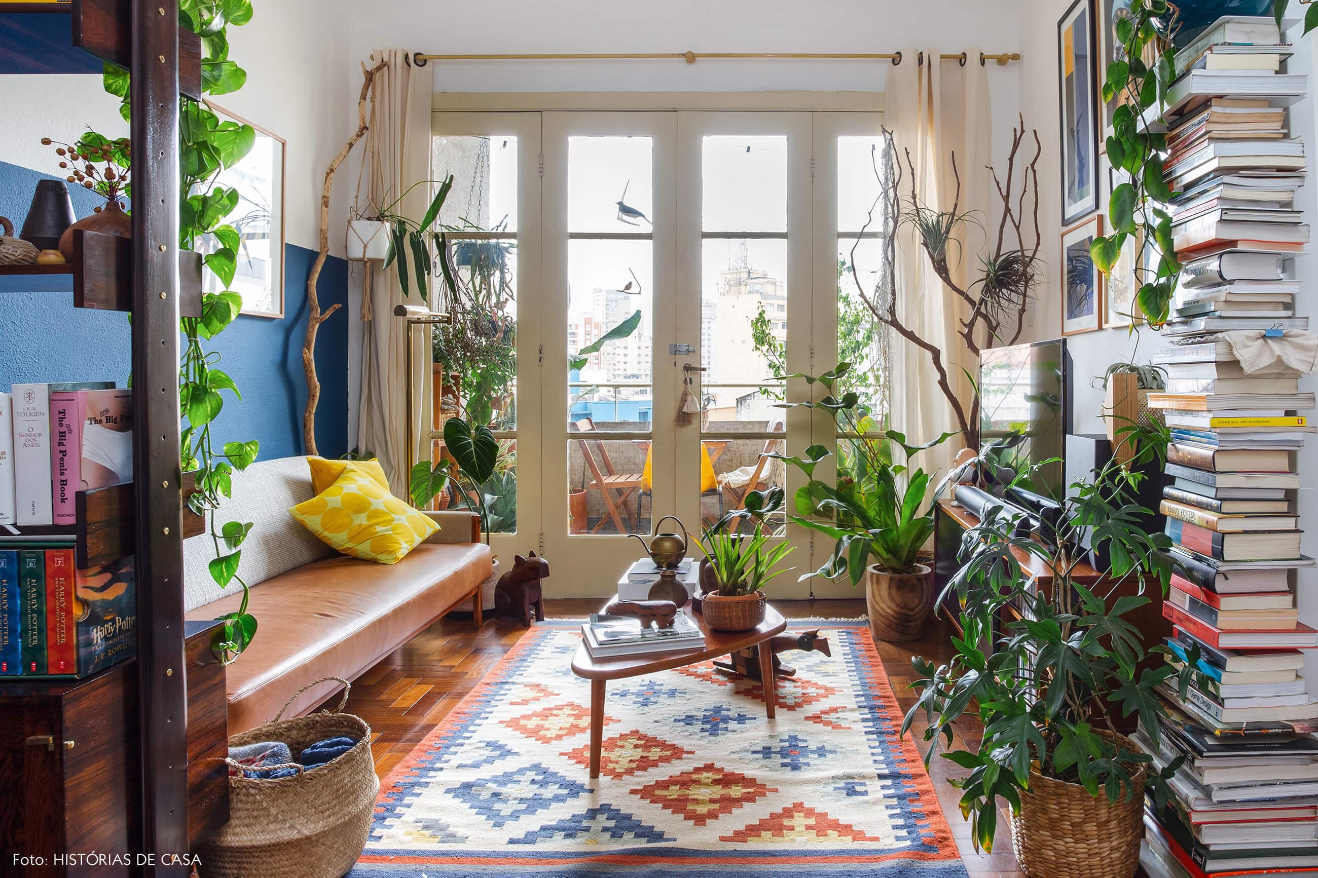 Sala colorida com móveis vintage e plantas