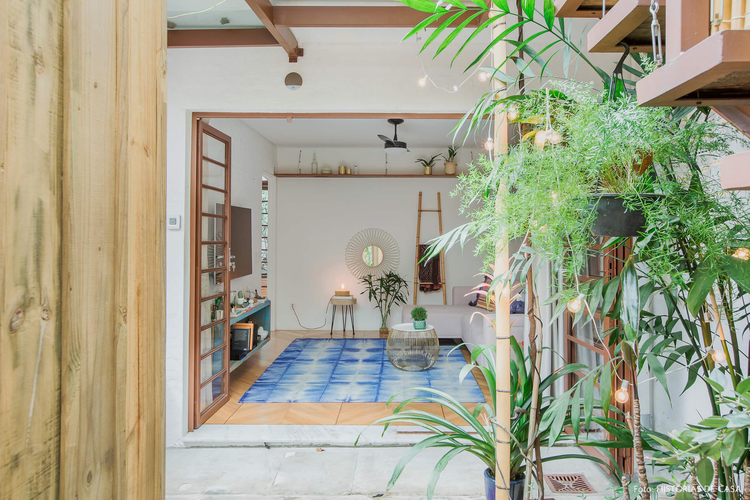 Casa com quintal e decoração colorida