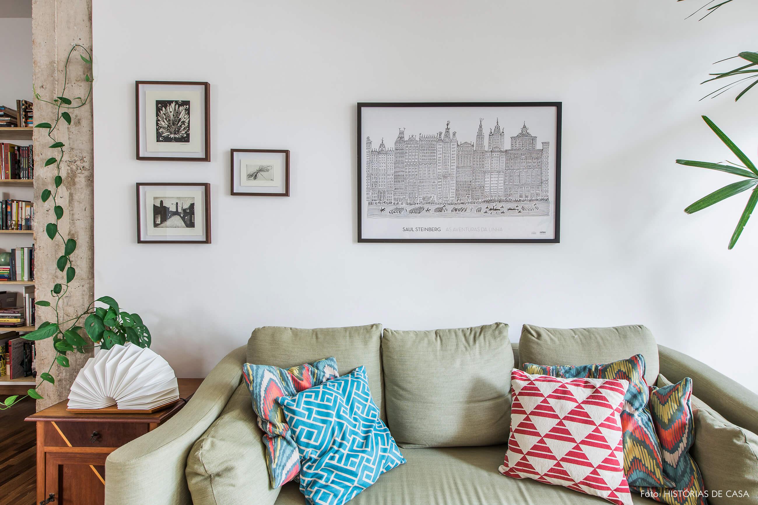 Apartamento reformado com sofá antigo verde