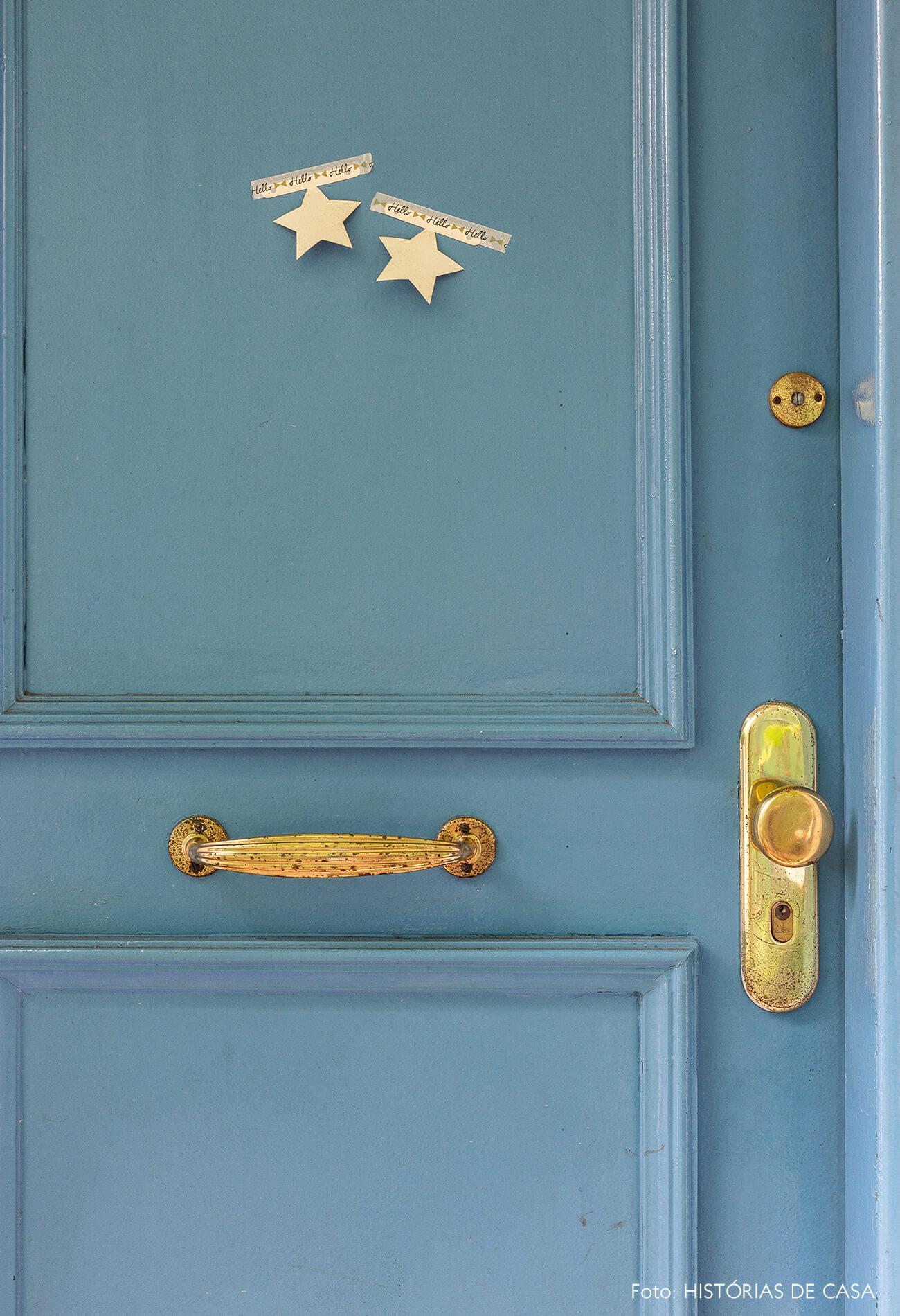 Casa com fachada charmosa e portas pintadas de azul