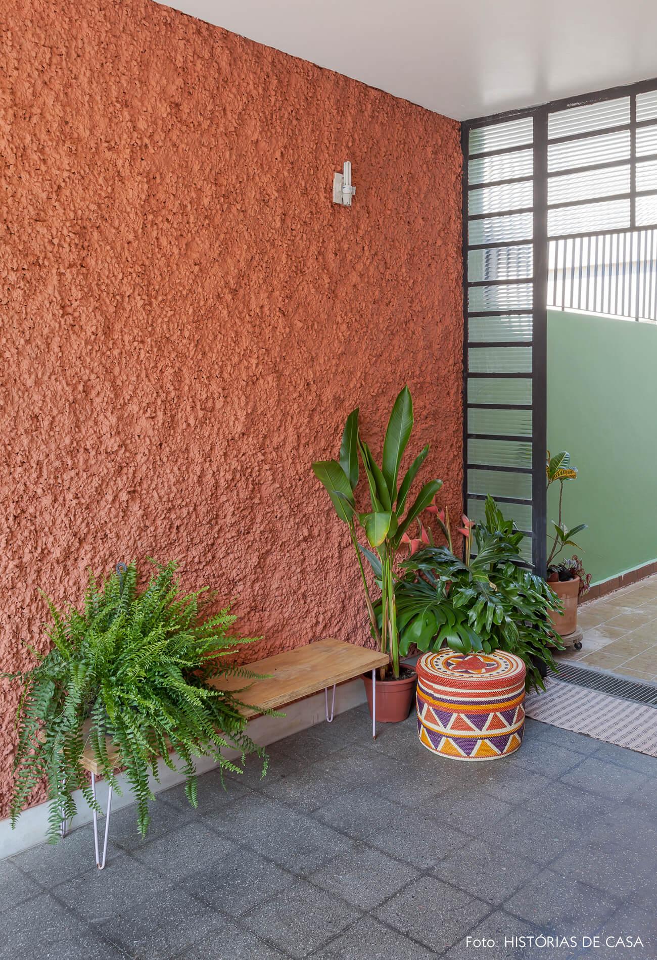 Casa antiga com fachada colorida e painel de madeira
