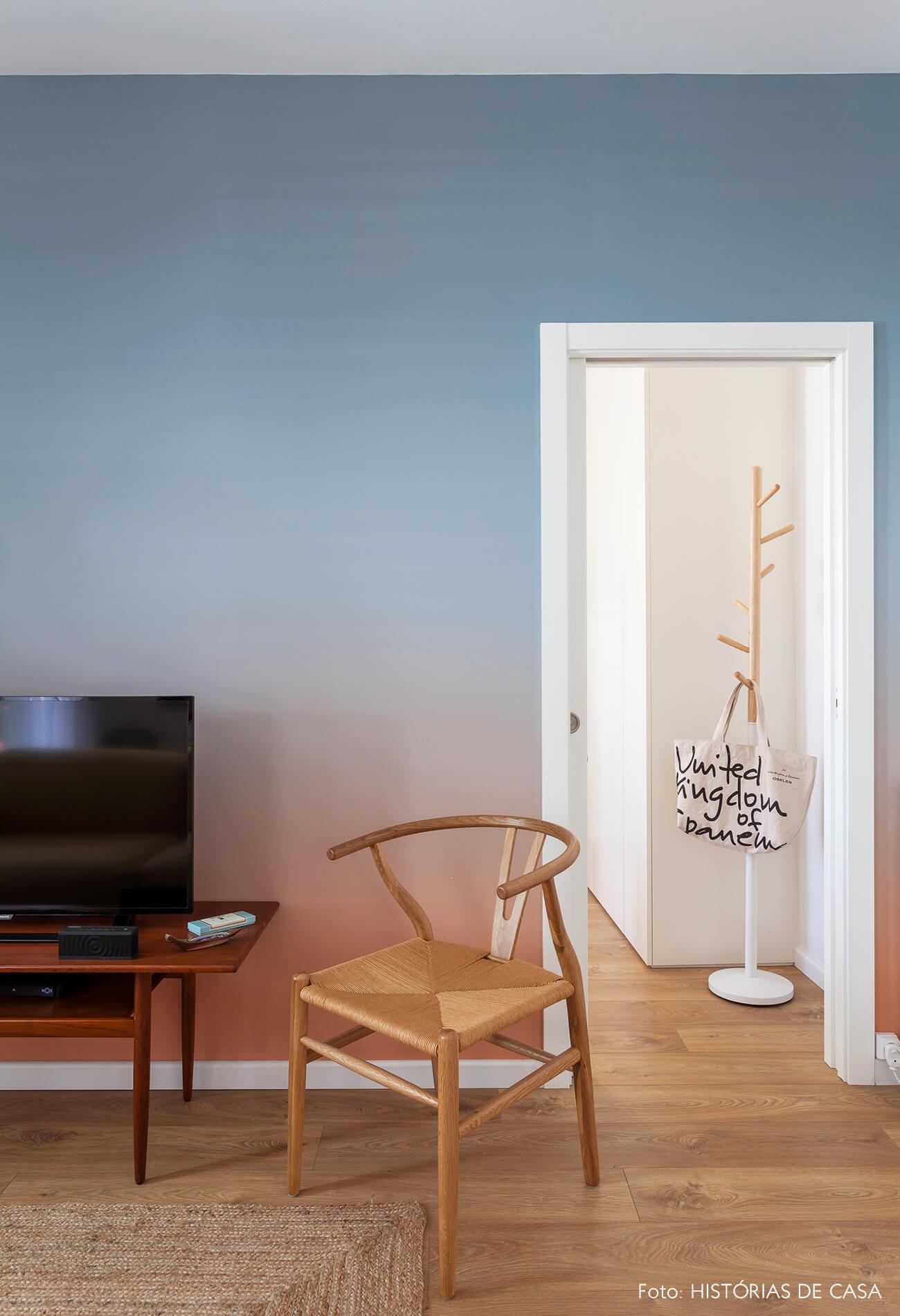 Sala com papel de parede degradê