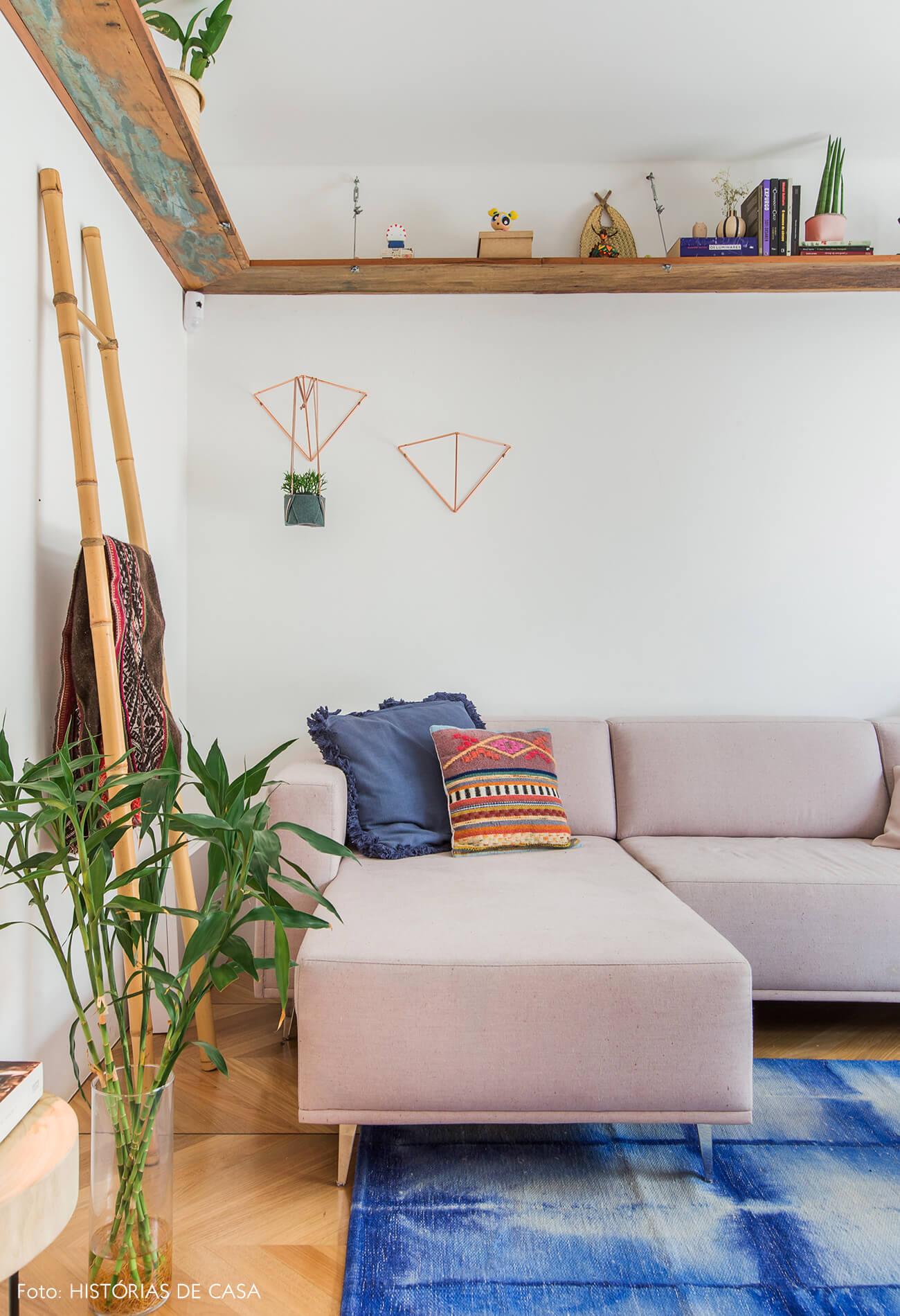 Casa com decoração colorida e sofá rosa