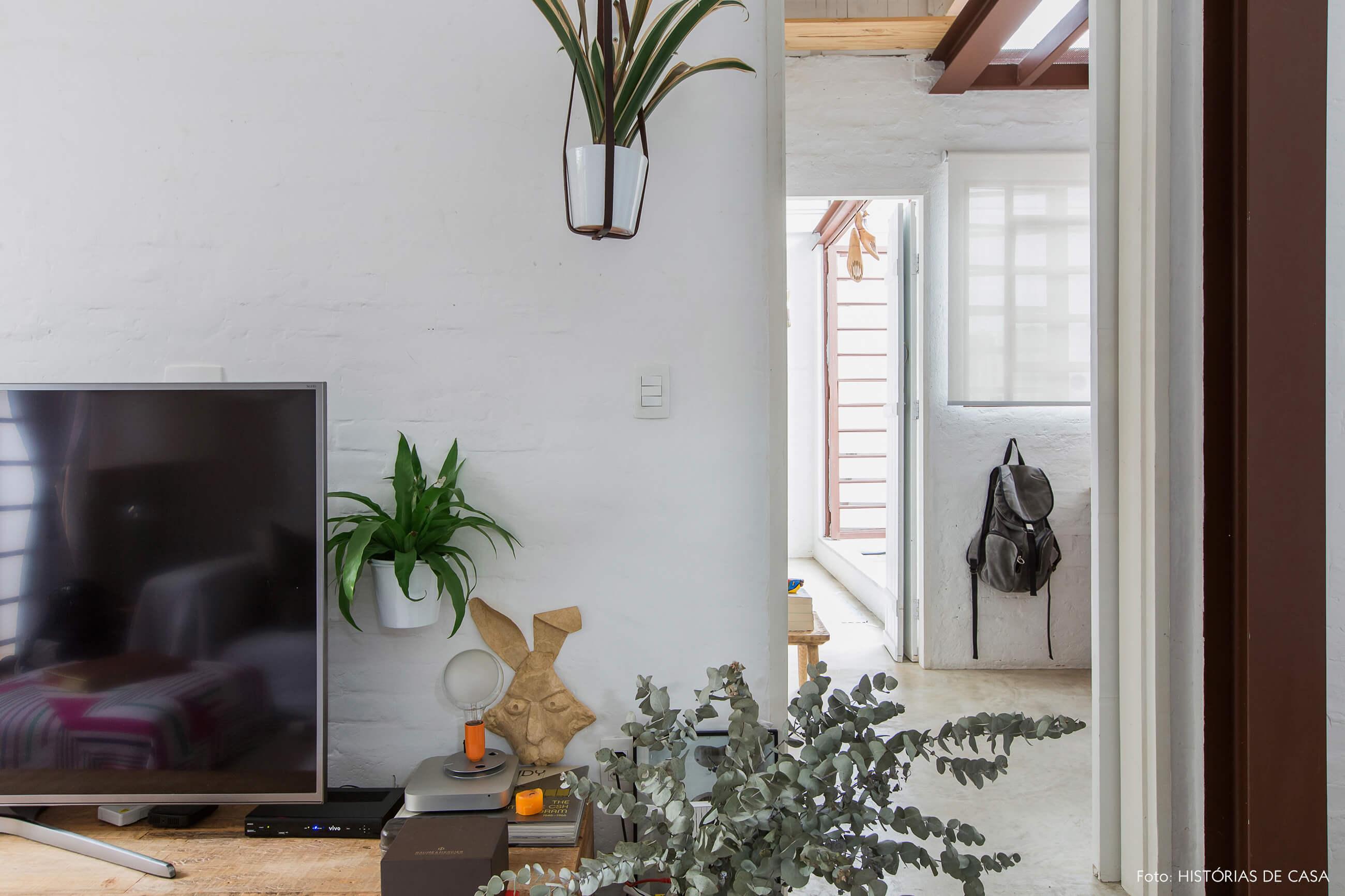 Sala com paredes rústicas e plantas