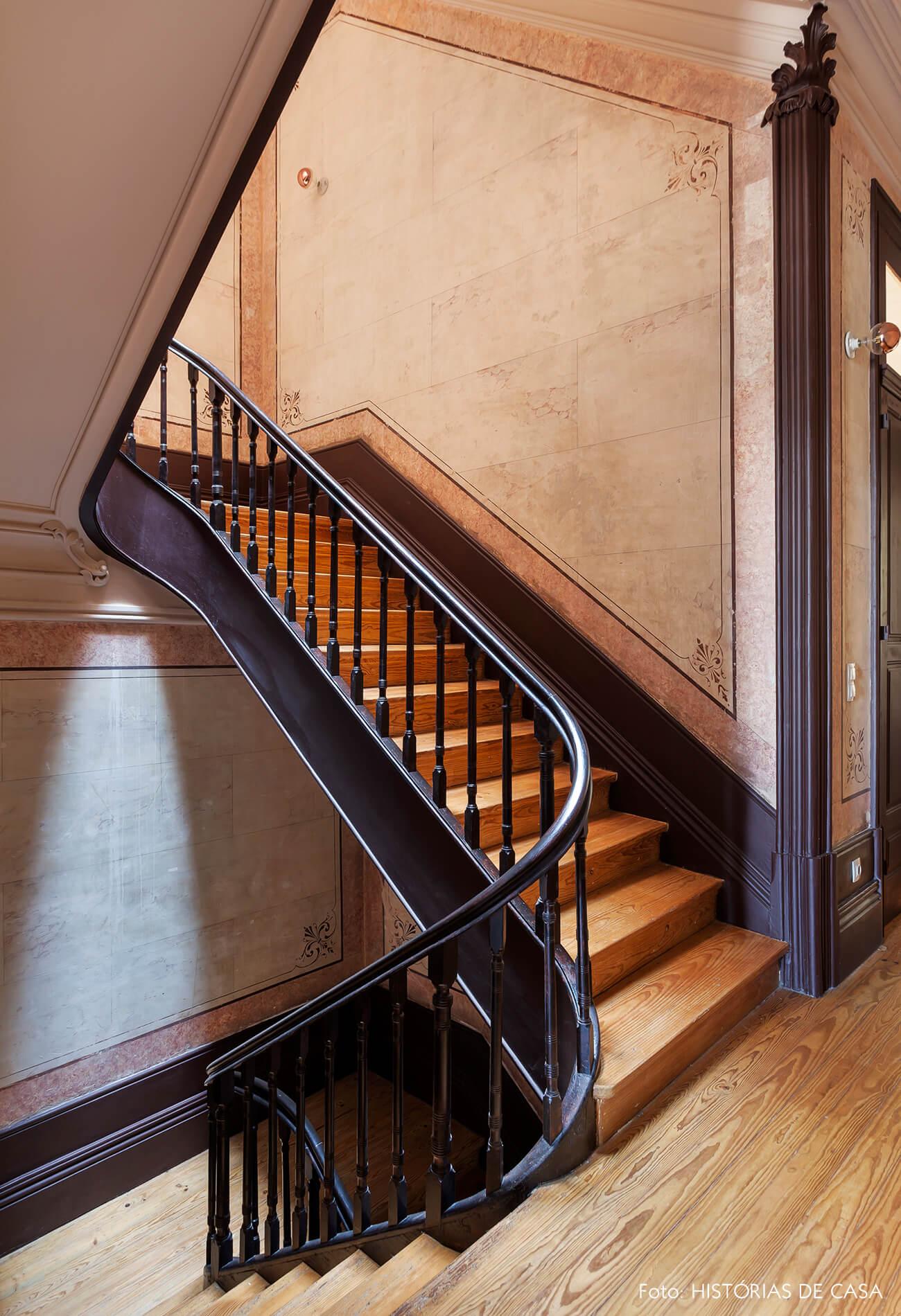 Hall de escada com degraus de madeira