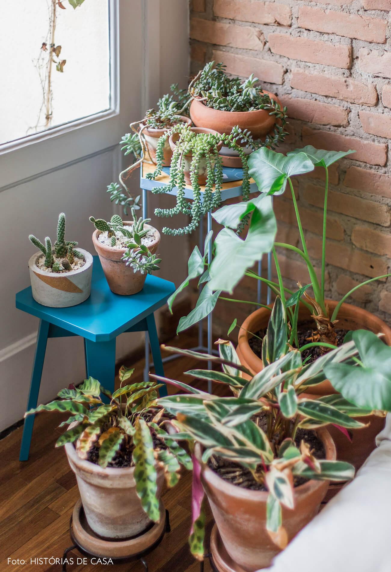Apartamento com parede de tijolinho e plantas
