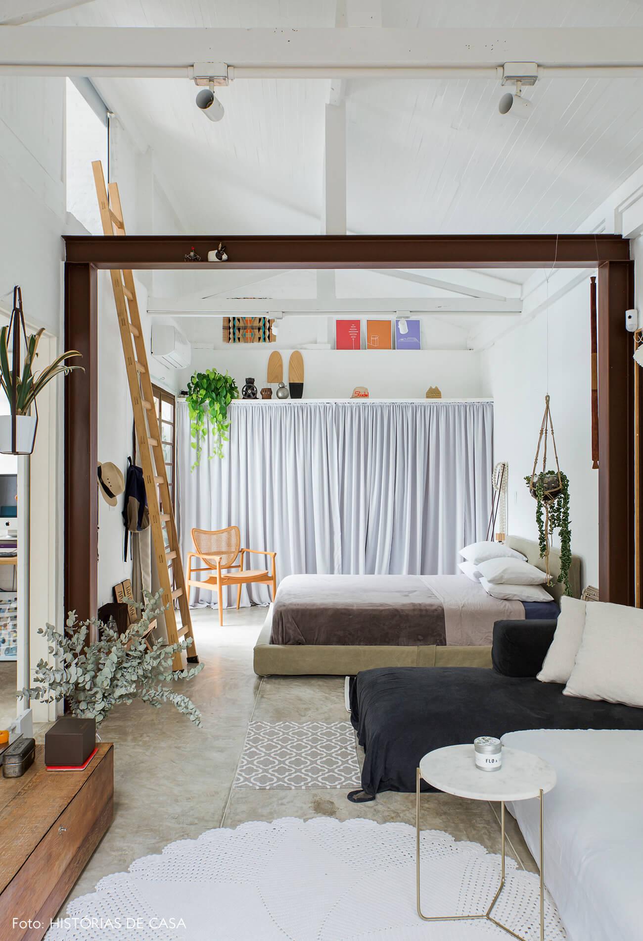 Sala com quarto integrado e pé-direito alto
