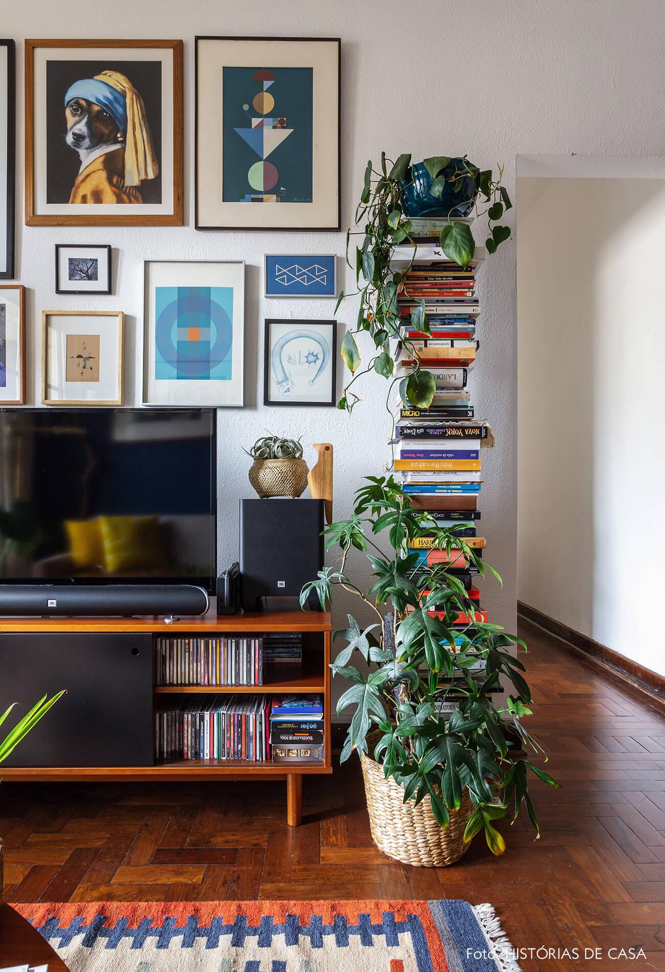 Parede de quadros perto da TV