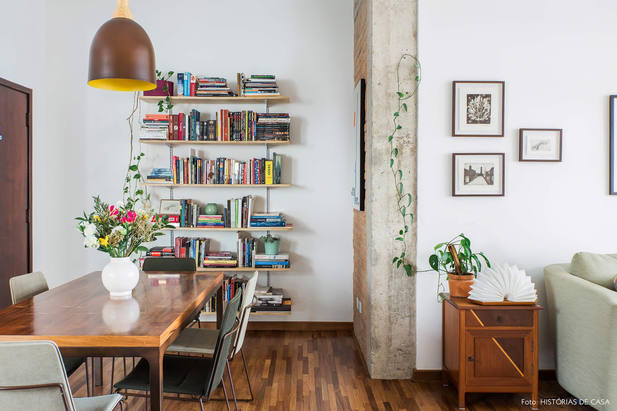 Apartamento reformado com estante de trilho e pilares de concreto