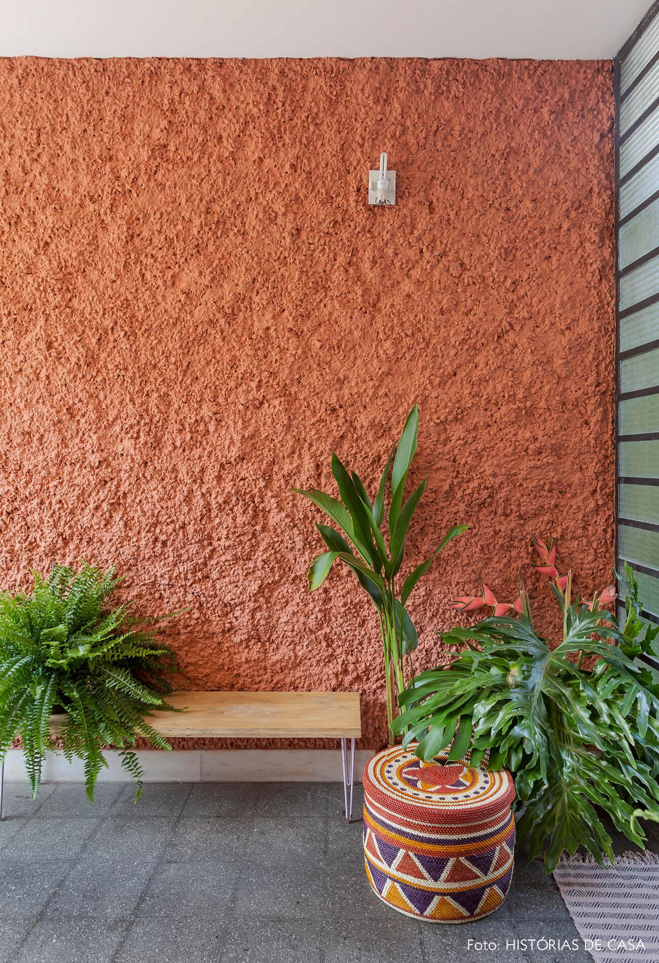 Casa antiga com fachada colorida pintada com a tinta Terra Roxa