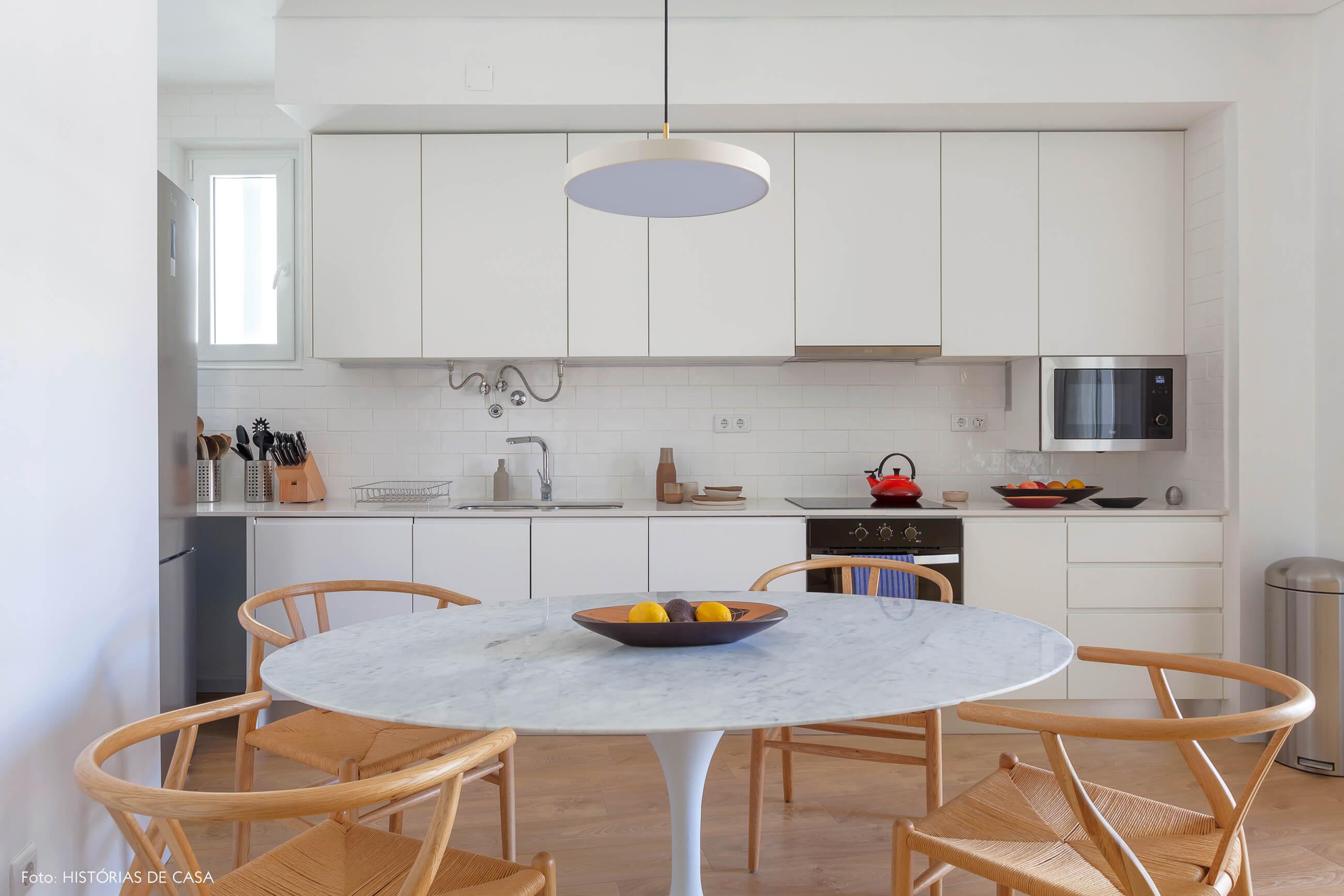 Cozinha branca com cadeiras Wishbone