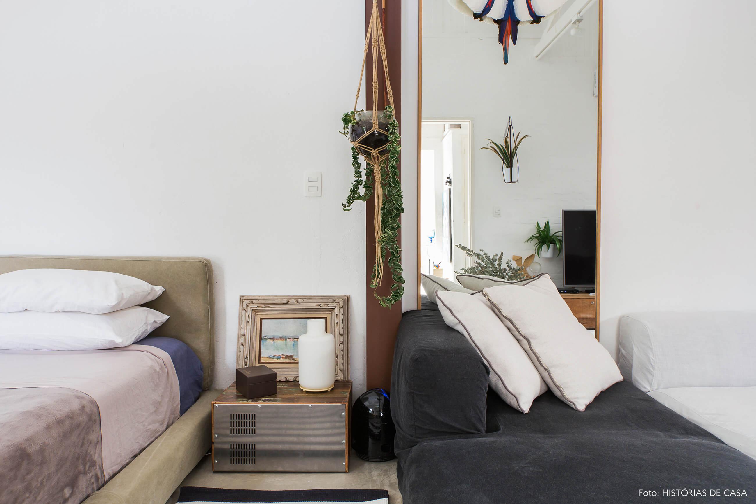 Quarto com parede rústica e móveis neutros