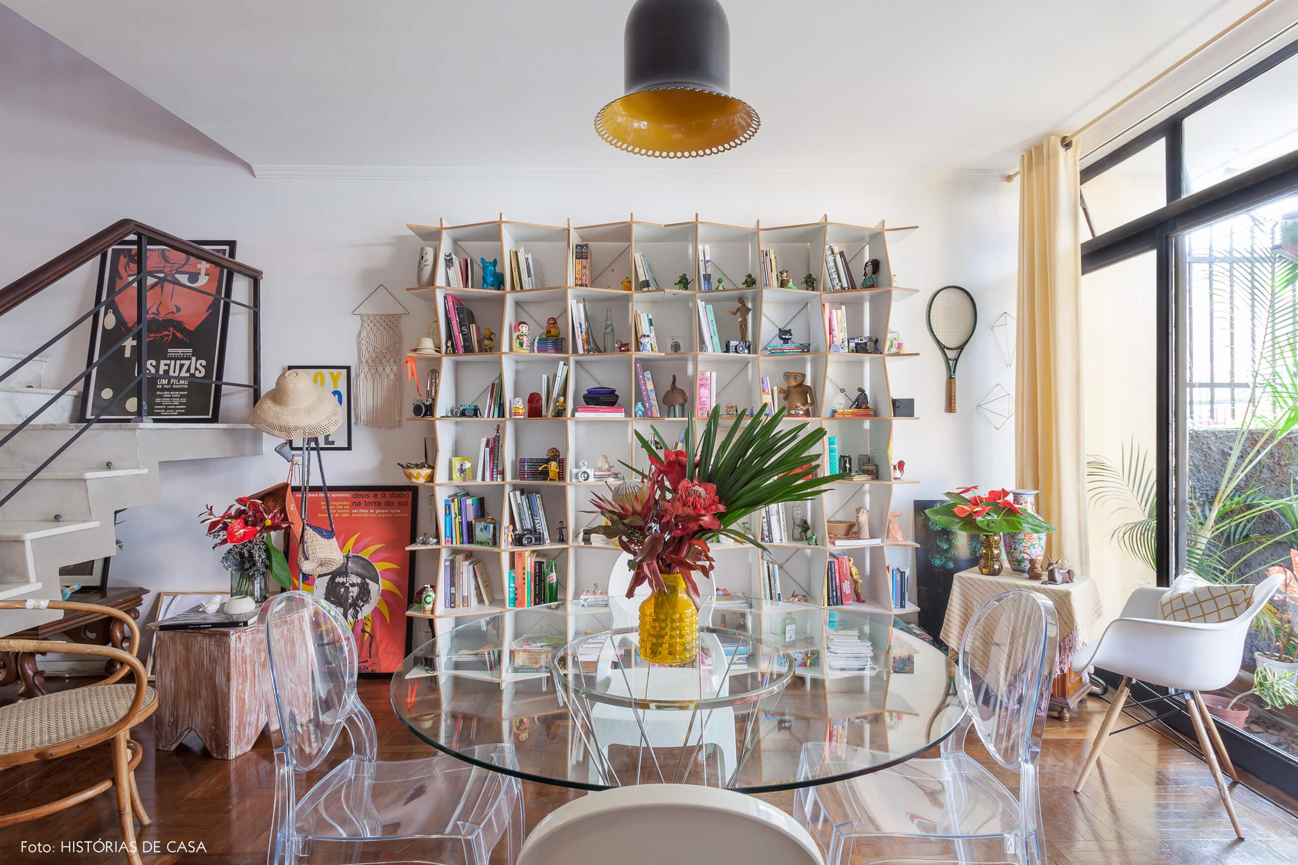Sala com estante branca e muitos objetos coloridos