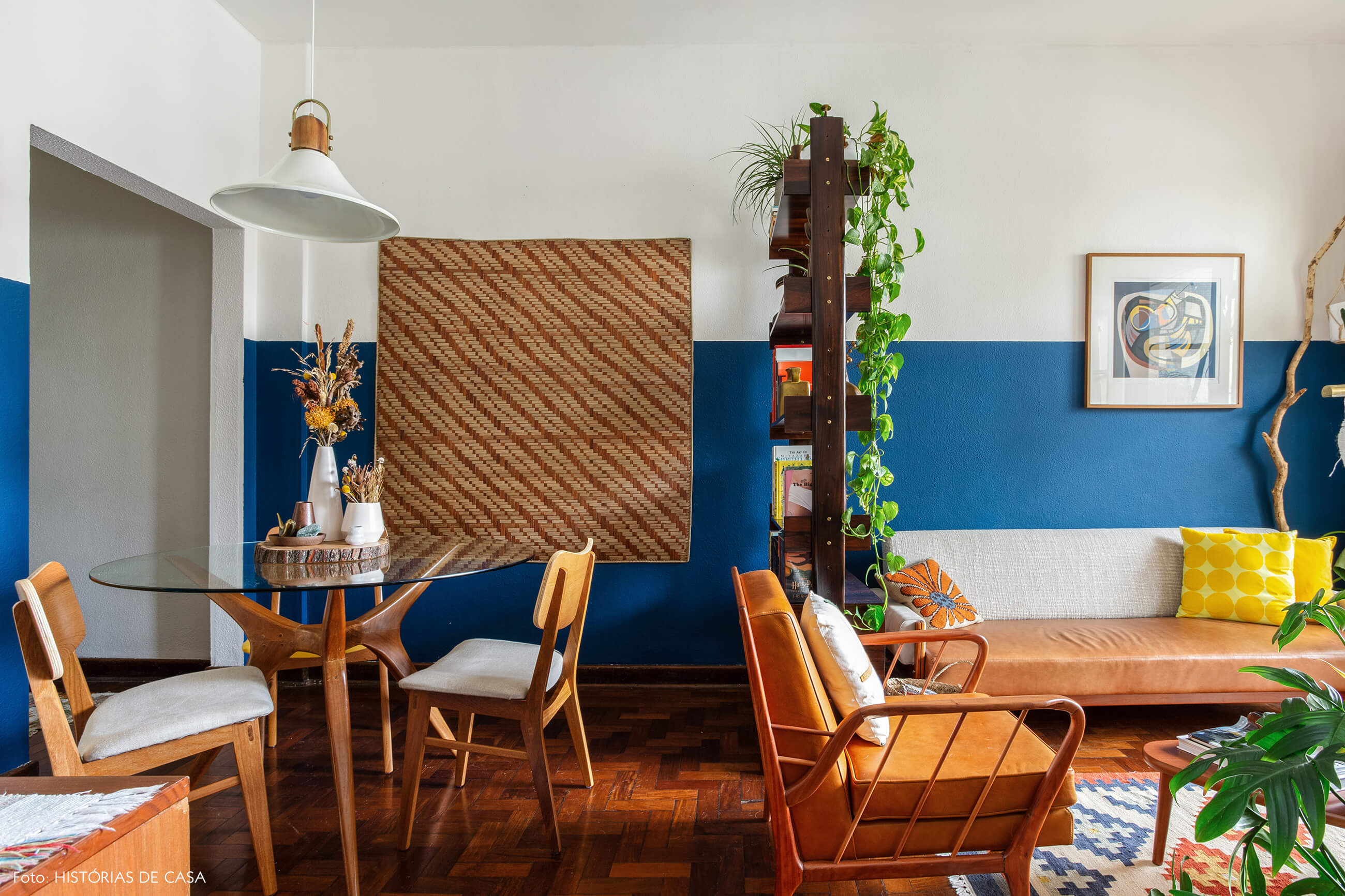 Sala de jantar integrada com parede azul