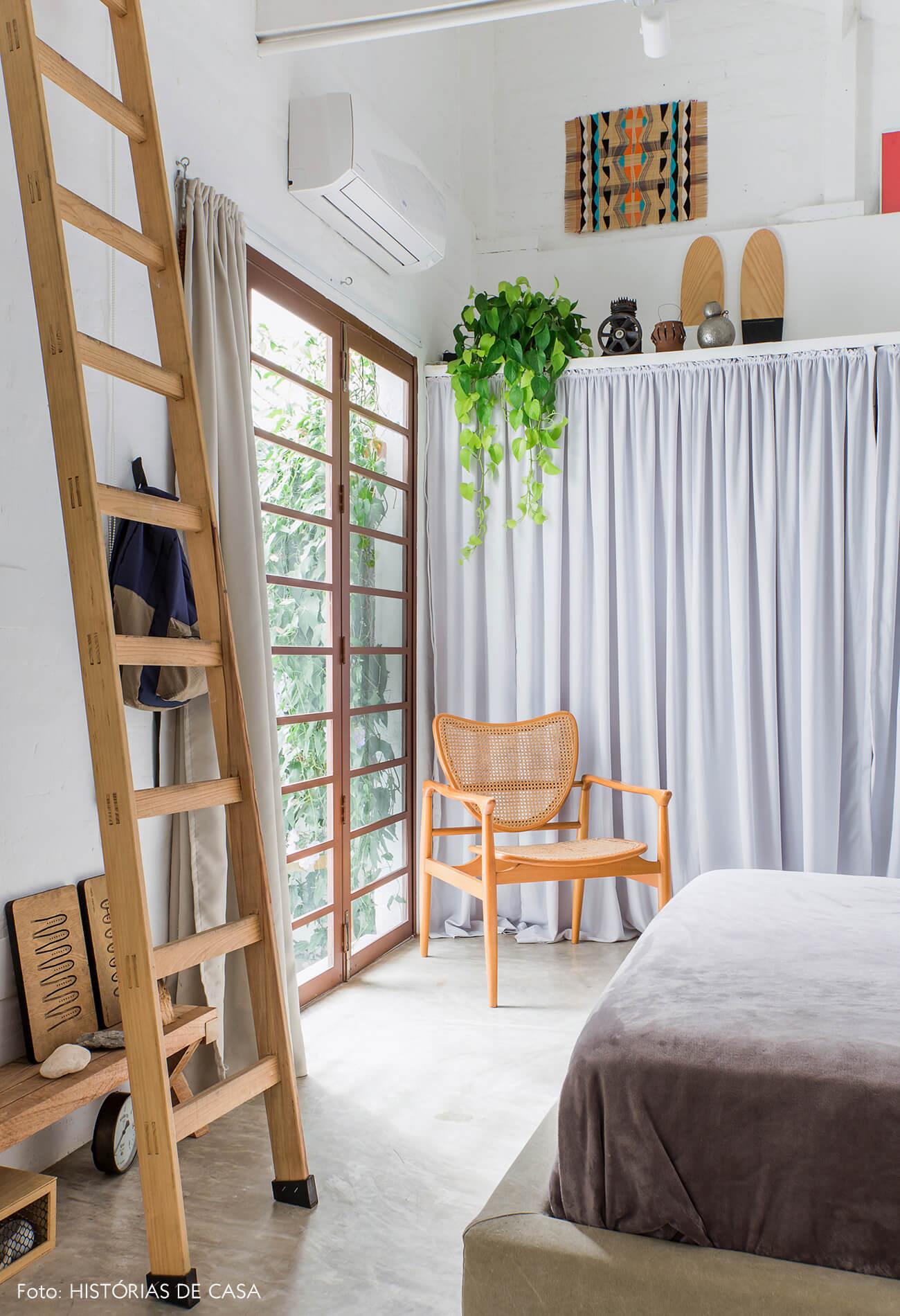 Quarto com varanda e armários com portas de cortina