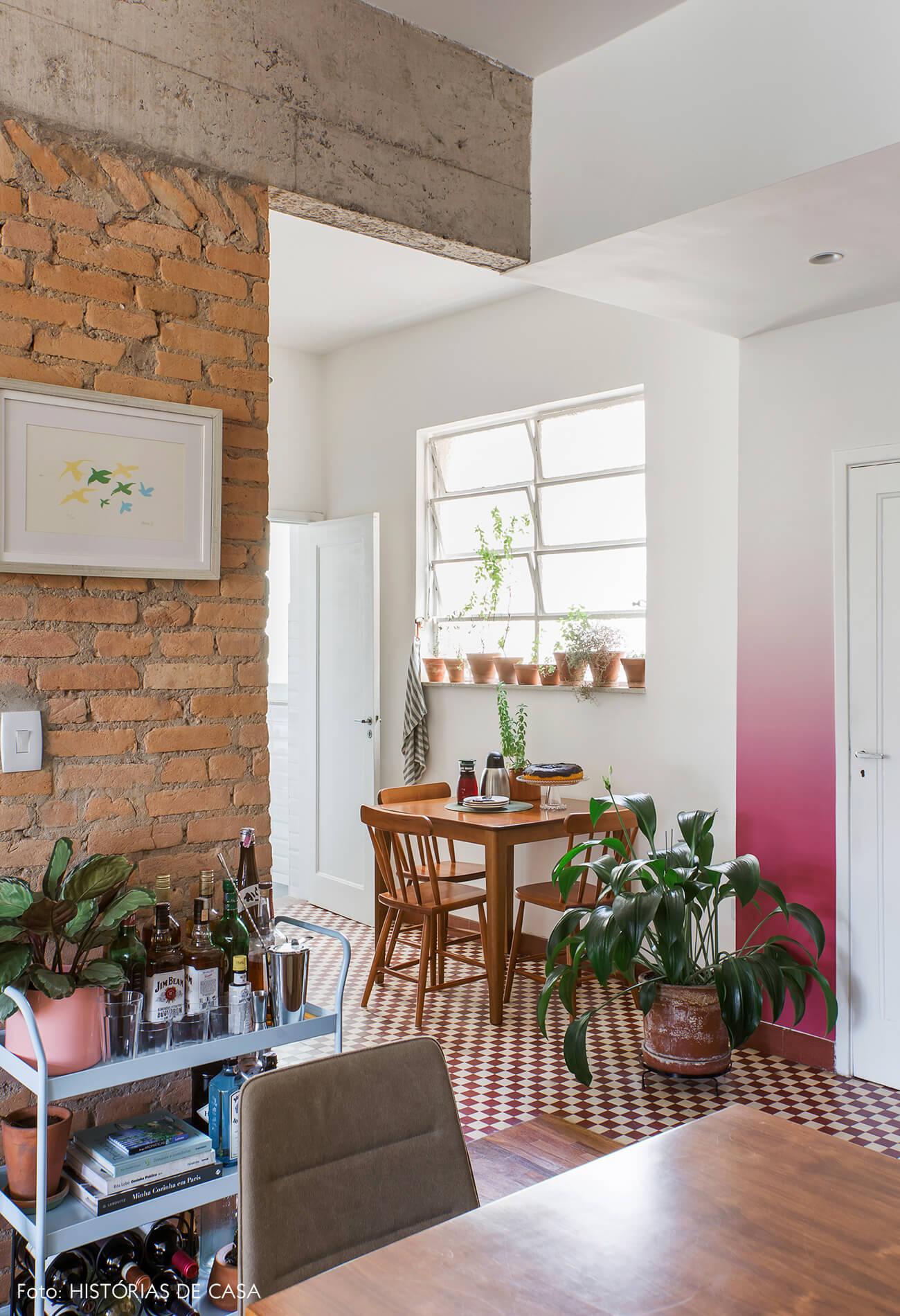 Cozinha integrada com papel de parede e piso de ladrilhos