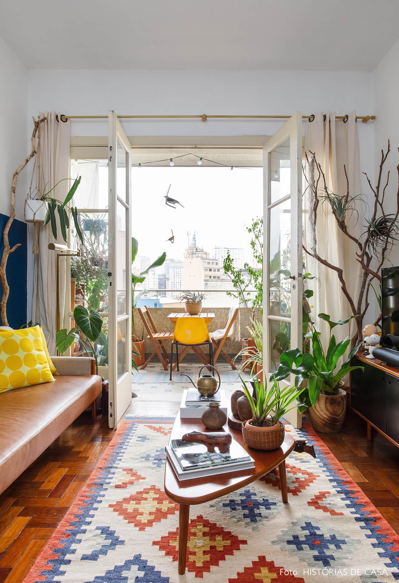 Sala integrada com varanda e móveis vintage