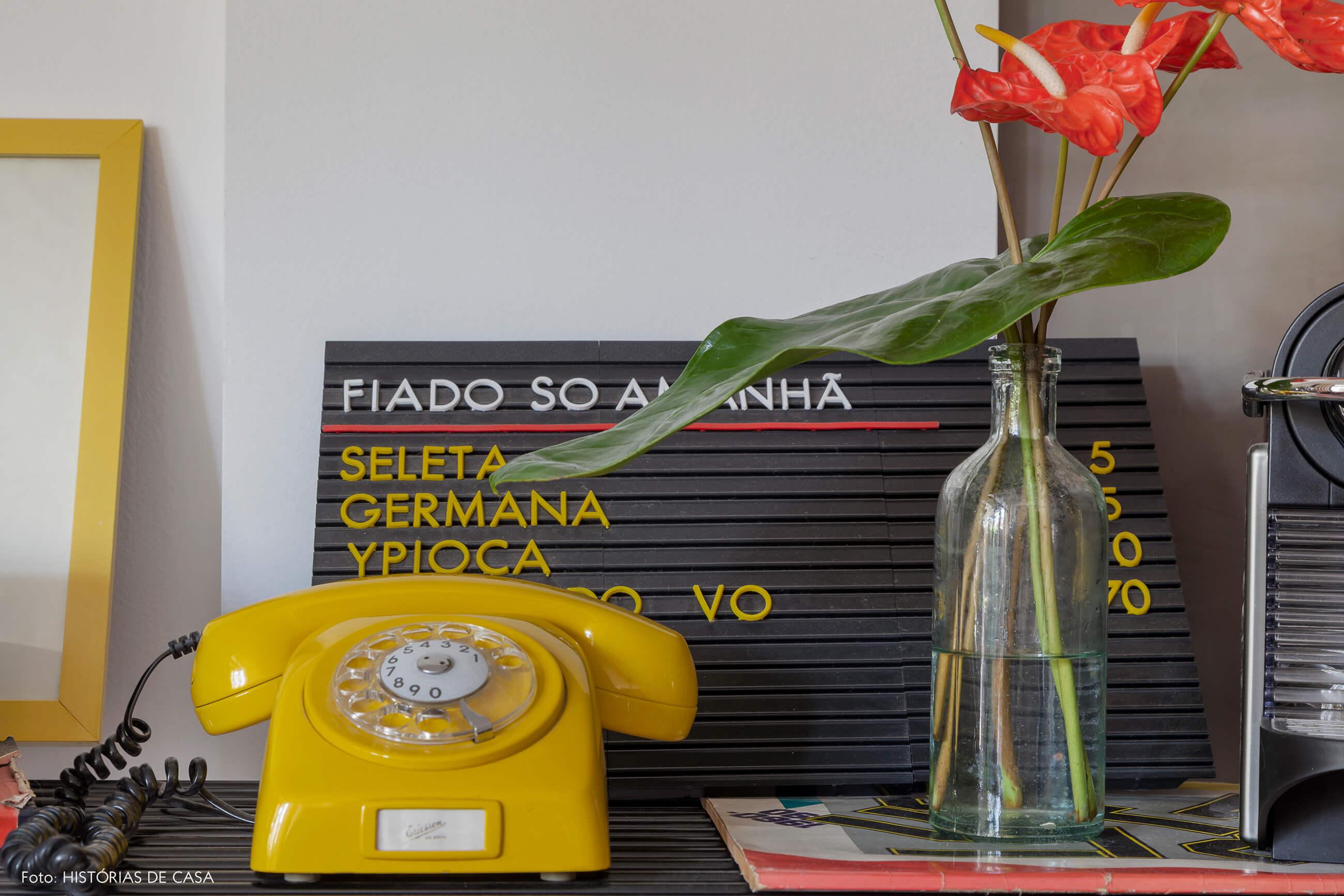 Decoração colorida com detalhes bacanas, como um telefone amarelo