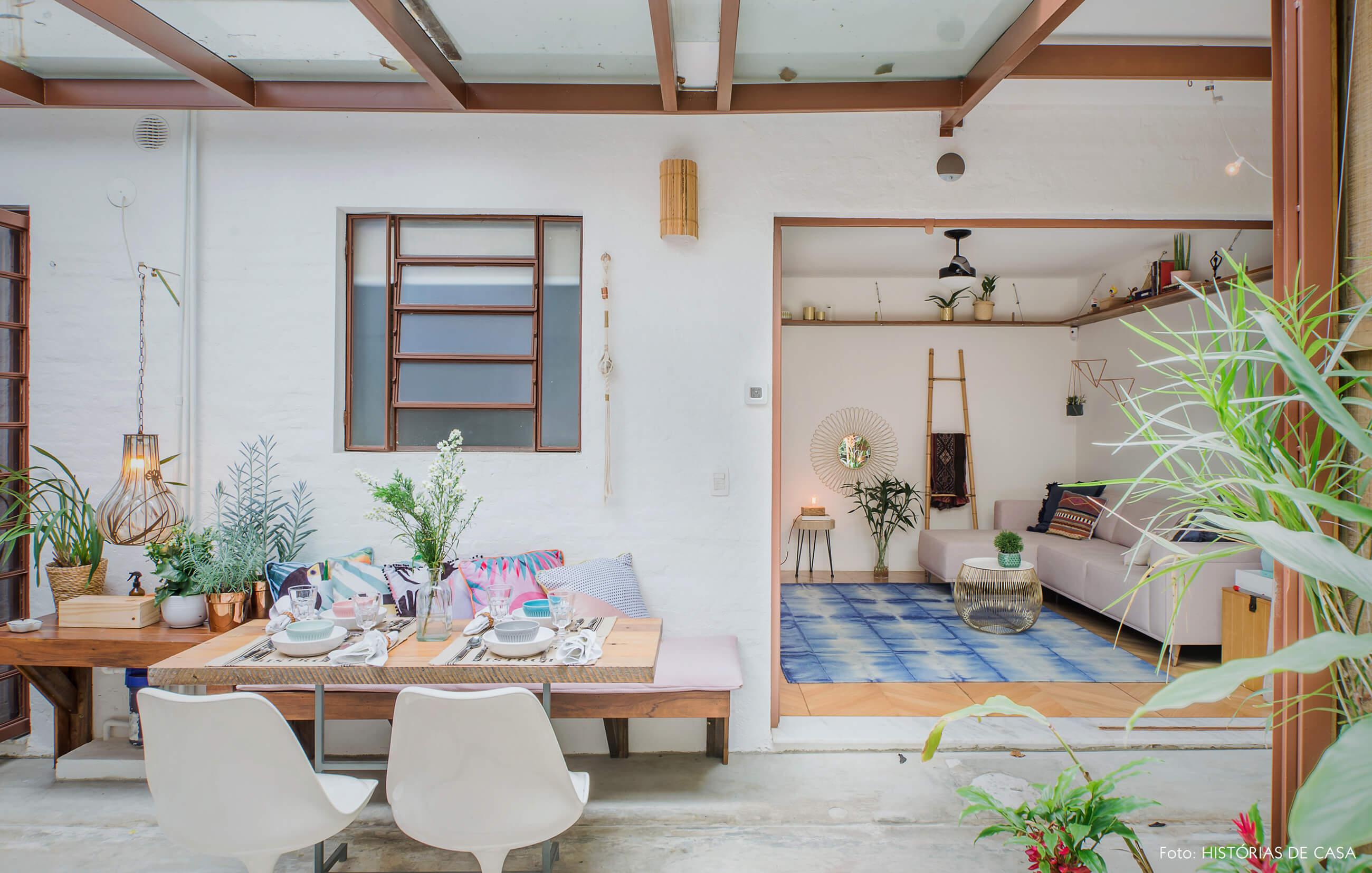 Casa com quintal e mesa de refeições na área externa