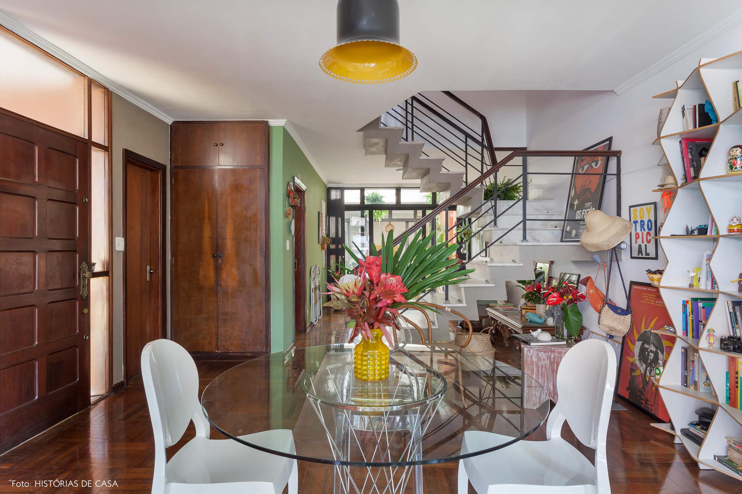 Sala integrada com mesa redonda de vidro