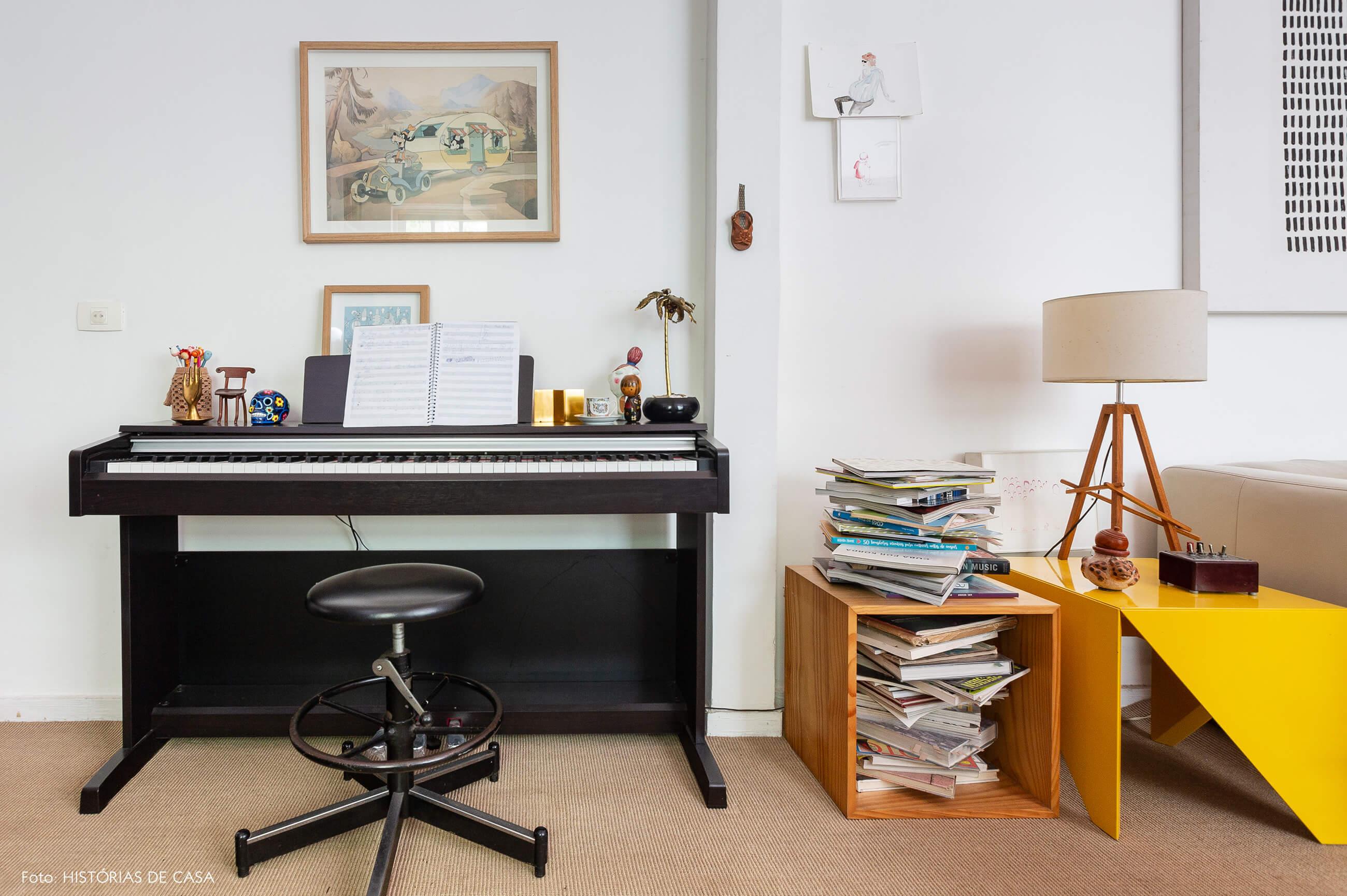 Sala com teclado e mesa lateral amarela