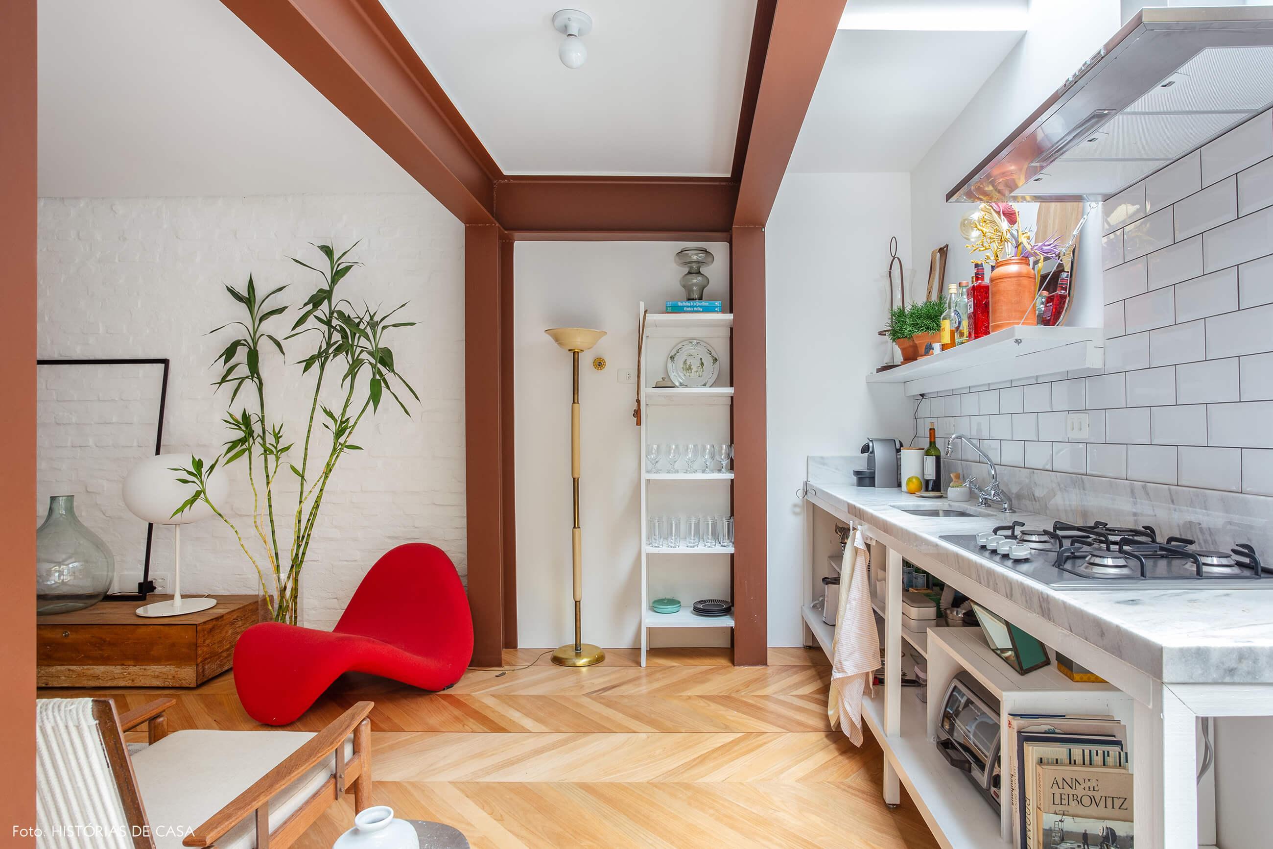 Casa com cozinha integrada e piso espinha de peixe