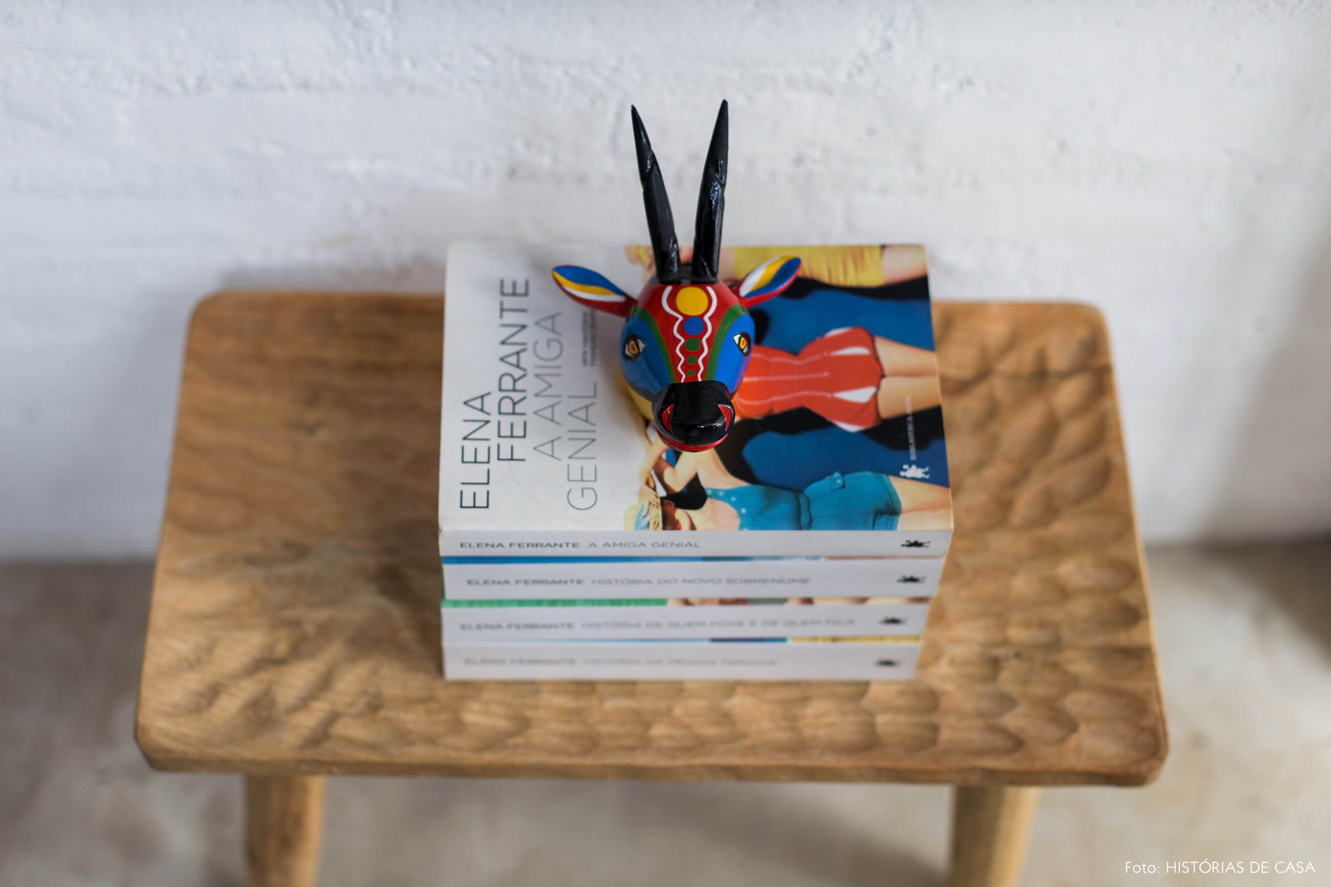 Banquinho de madeira rústico com livros