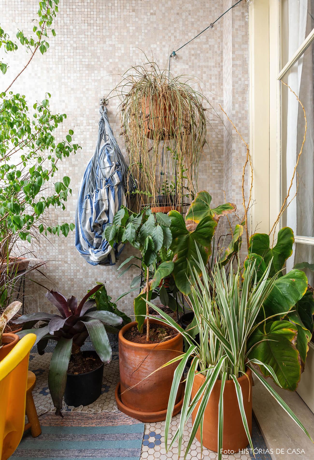 Varanda antiga com plantas e cadeira amarela