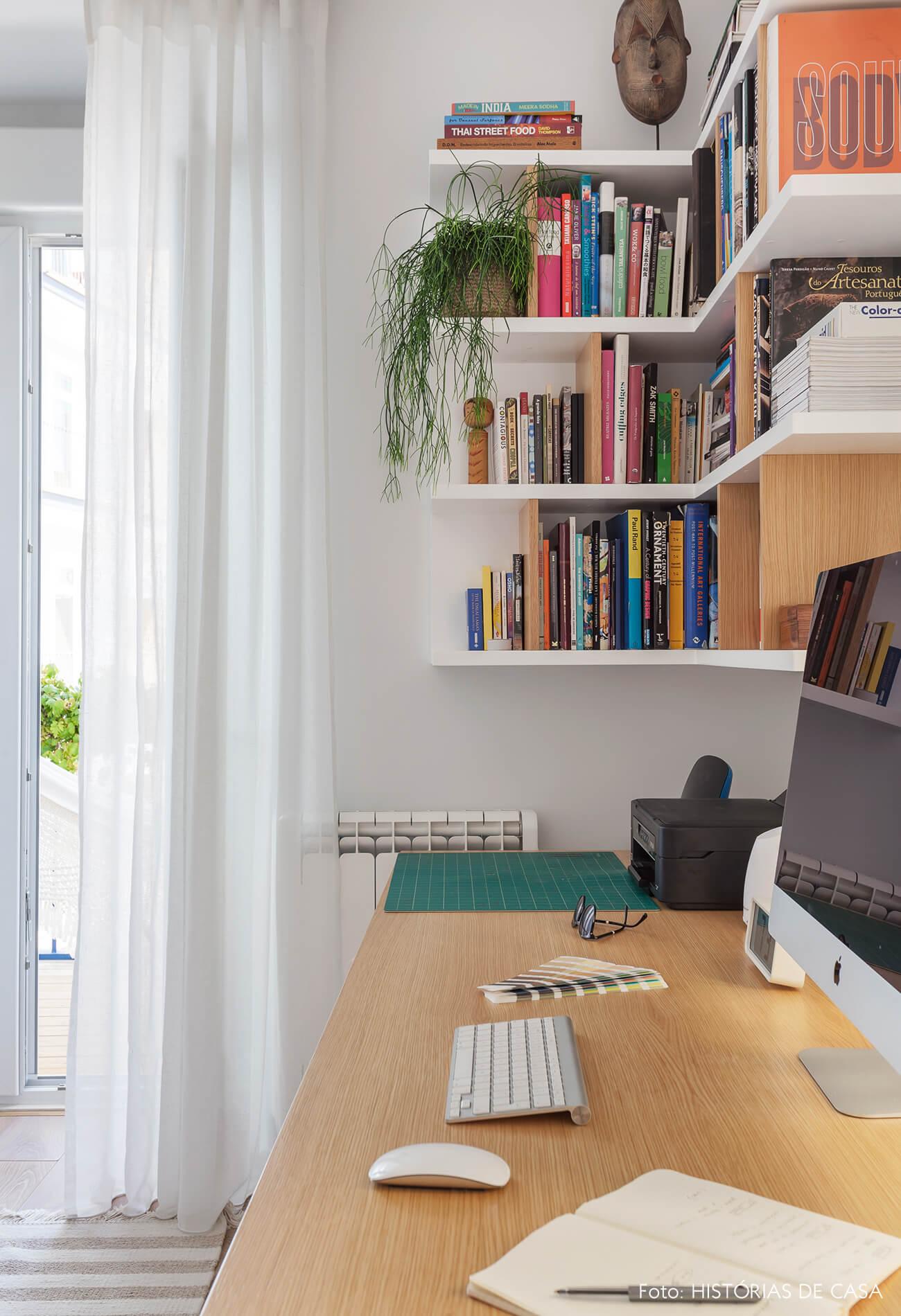 Home office com estante em L
